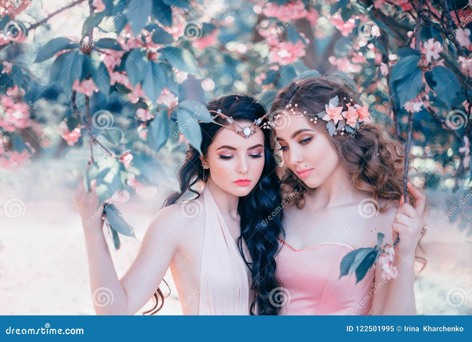 Dwa zadziwiającego elfa z delikatnym wiosny makeup zakończeniem Blondynka i brunetka z długim, zdrowym, falistym włosy, _