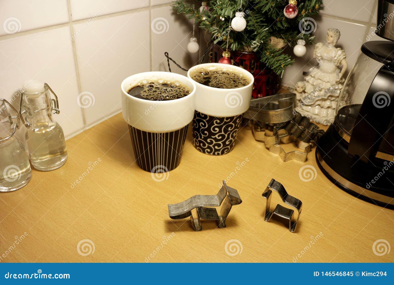 Dwa zwierzę kształtował piernikowych ciastko krajaczy stoi w górę kuchennego countertop dalej