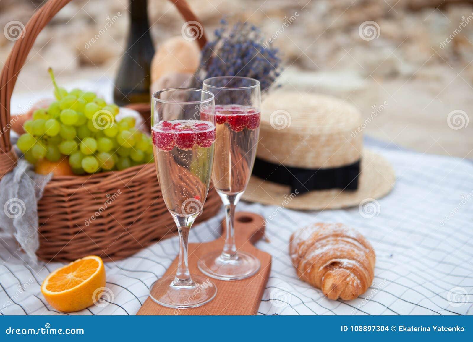 Dwie szklanki szampana Pinkin na plaży przy zmierzchem w w