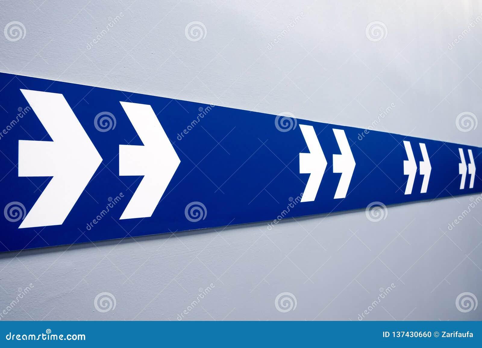 Dwoiste białe strzały podpisują na błękitnym pasku wskazuje wychodzić