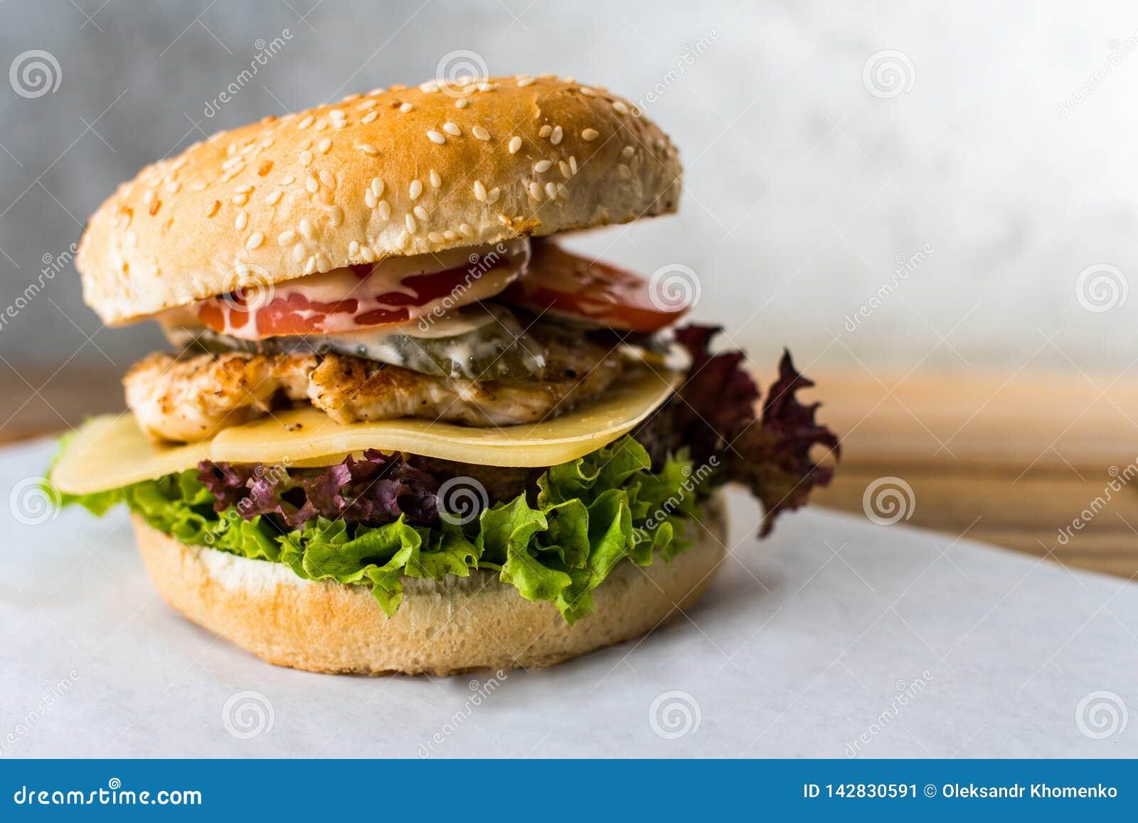 Dwoistego decker hamburger na drewnianym stołowym szarym tle