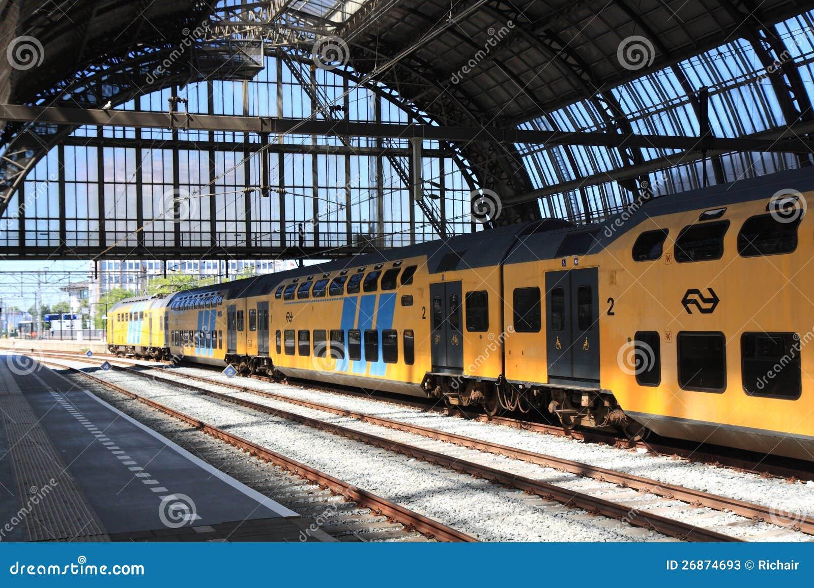 Dwoistego pokładu taborowa opuszczać Amsterdam stacja