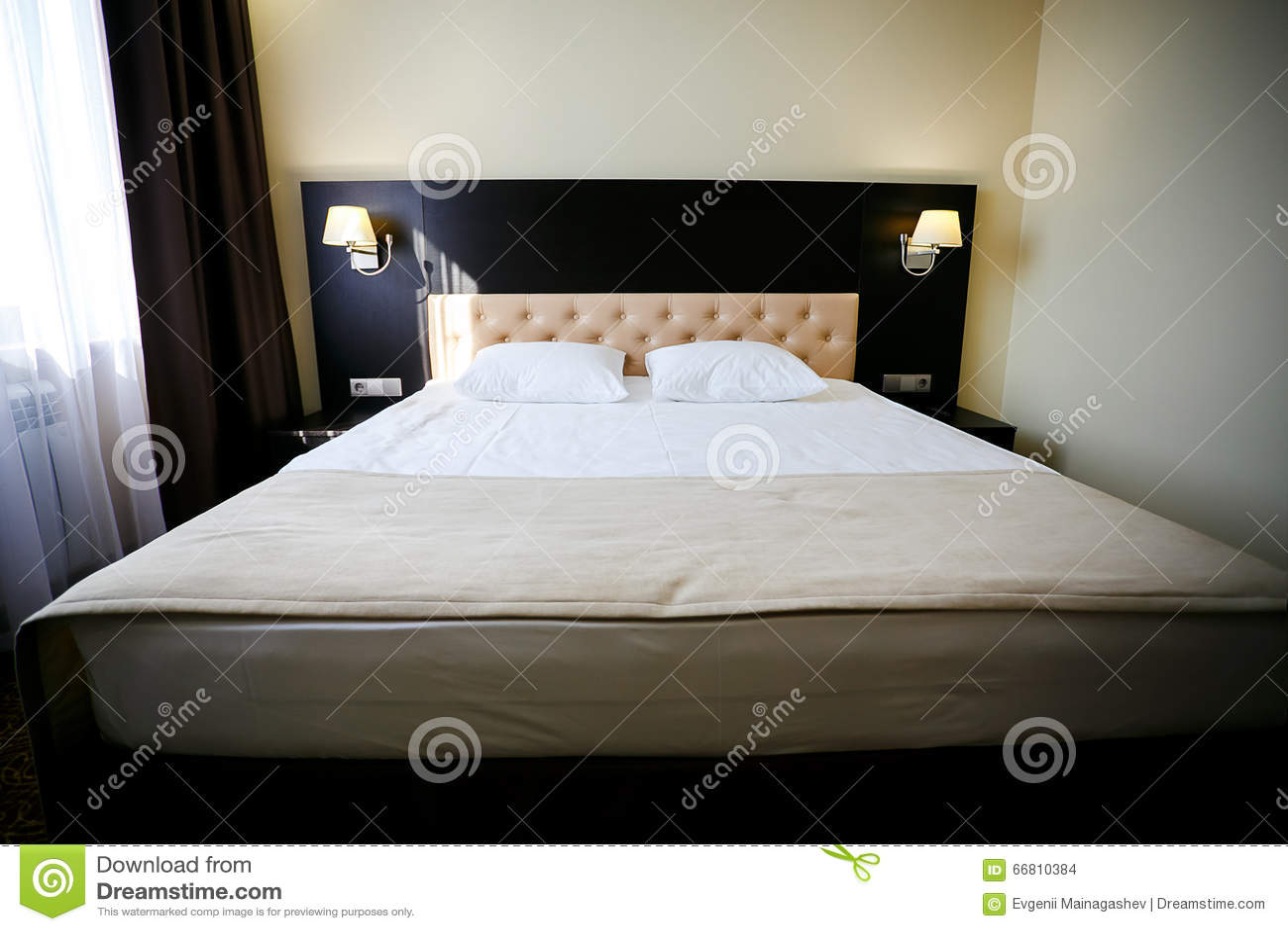 Dwoisty łóżko w zwyczajnym pokoju hotelowym Światło dzienne jako tło Housekeeping, izbowa usługa, czyści