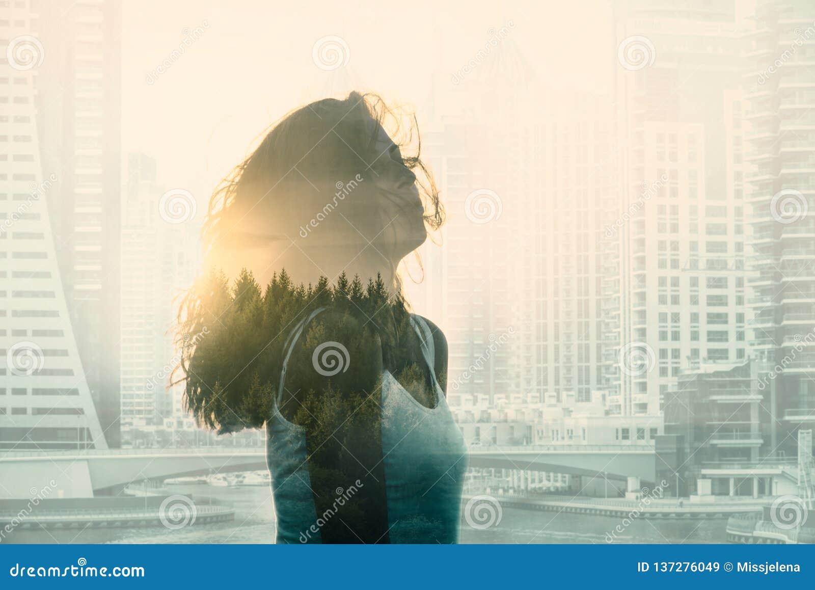 Dwoisty ujawnienie z młodą kobietą w nowożytnym lesie i pejzażu miejskim