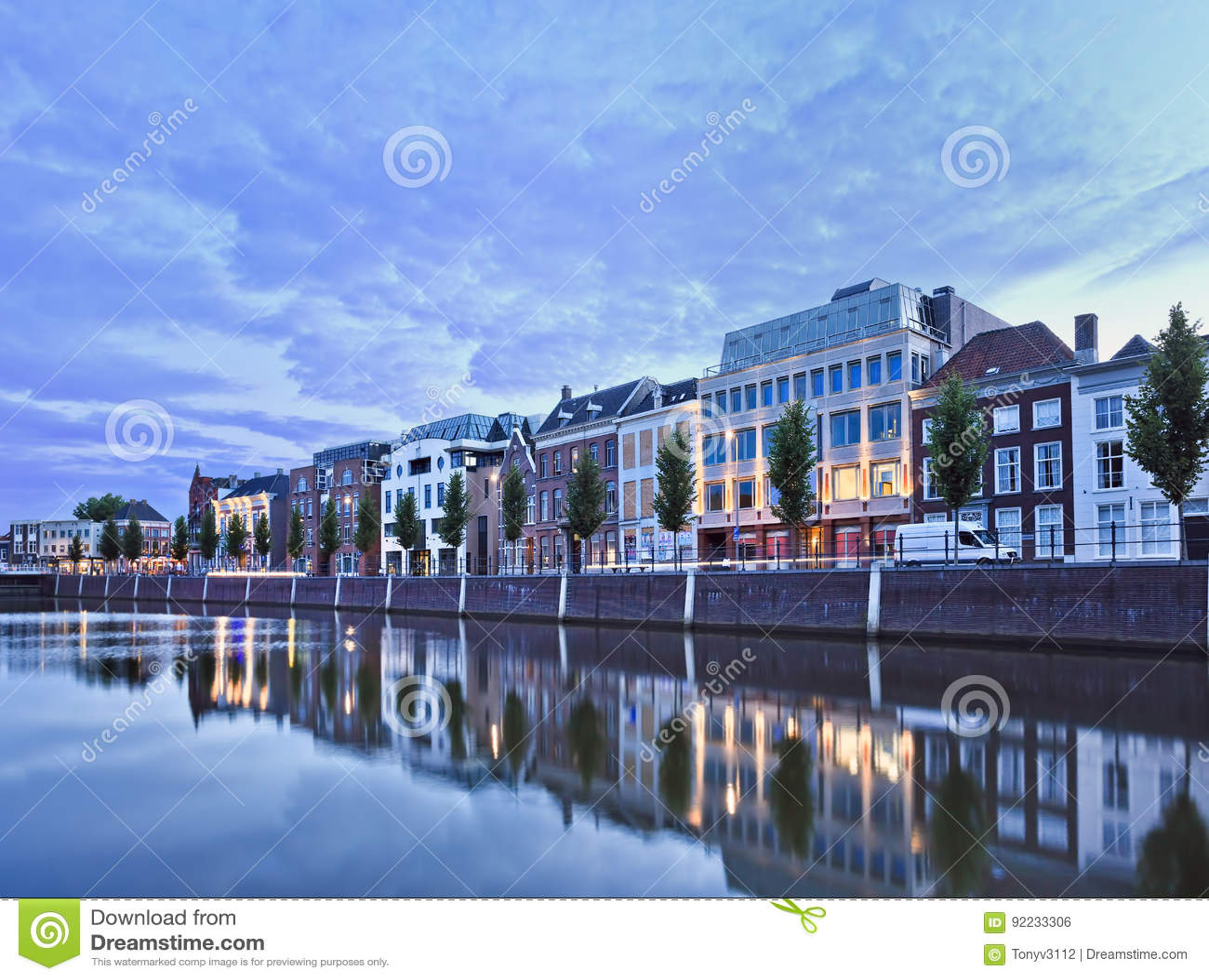 Dwory odzwierciedlający w schronieniu przy zmierzchem, Breda, holandie