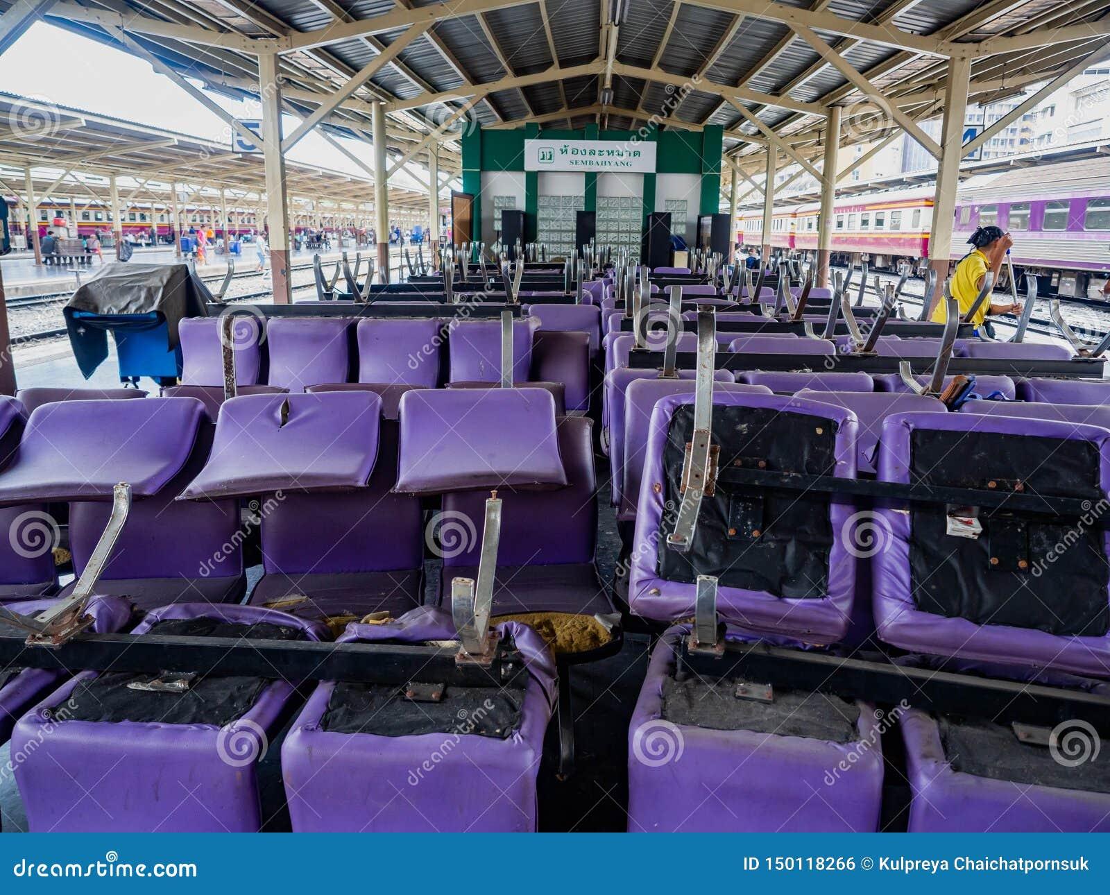 Dworzec Hua Lamphong, ludzie żyje purpury krzesła collocate