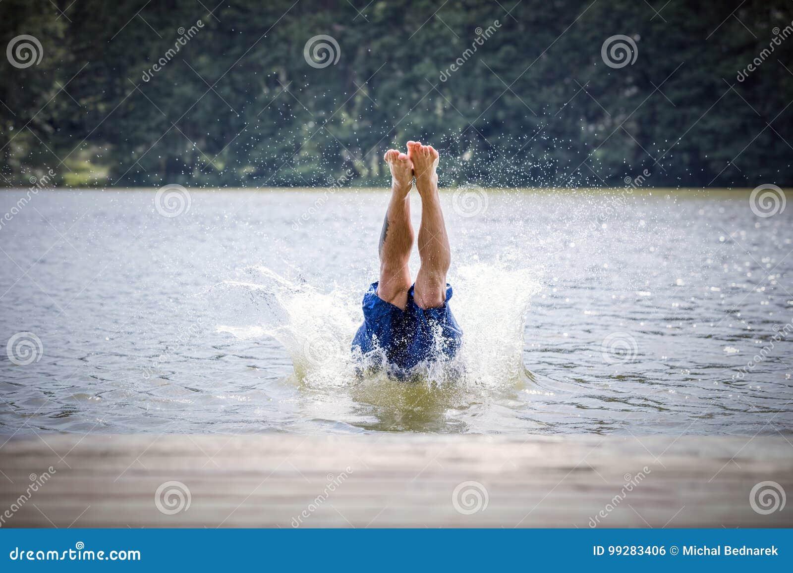 Dykning för ung man in i en sjö
