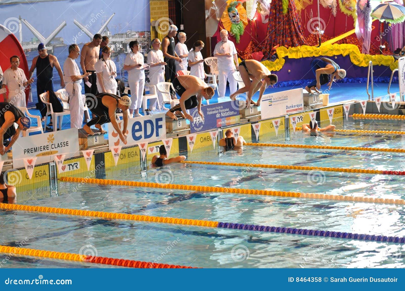 Dykningpöl som startar att simma för simmare