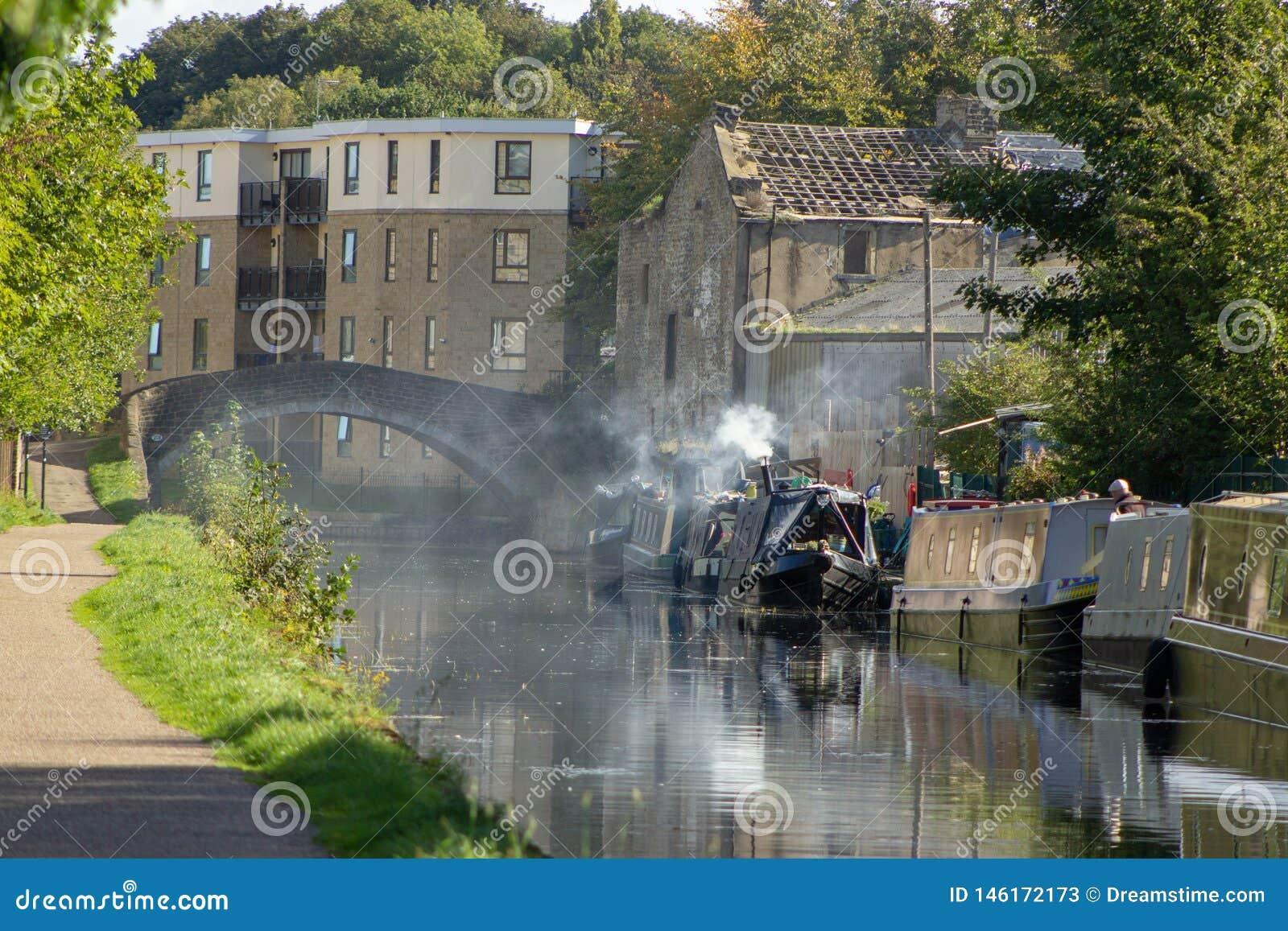 Dymiąca kanałowa barka