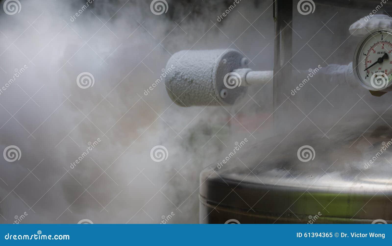 Dymiącego azota benzynowy rozładowanie