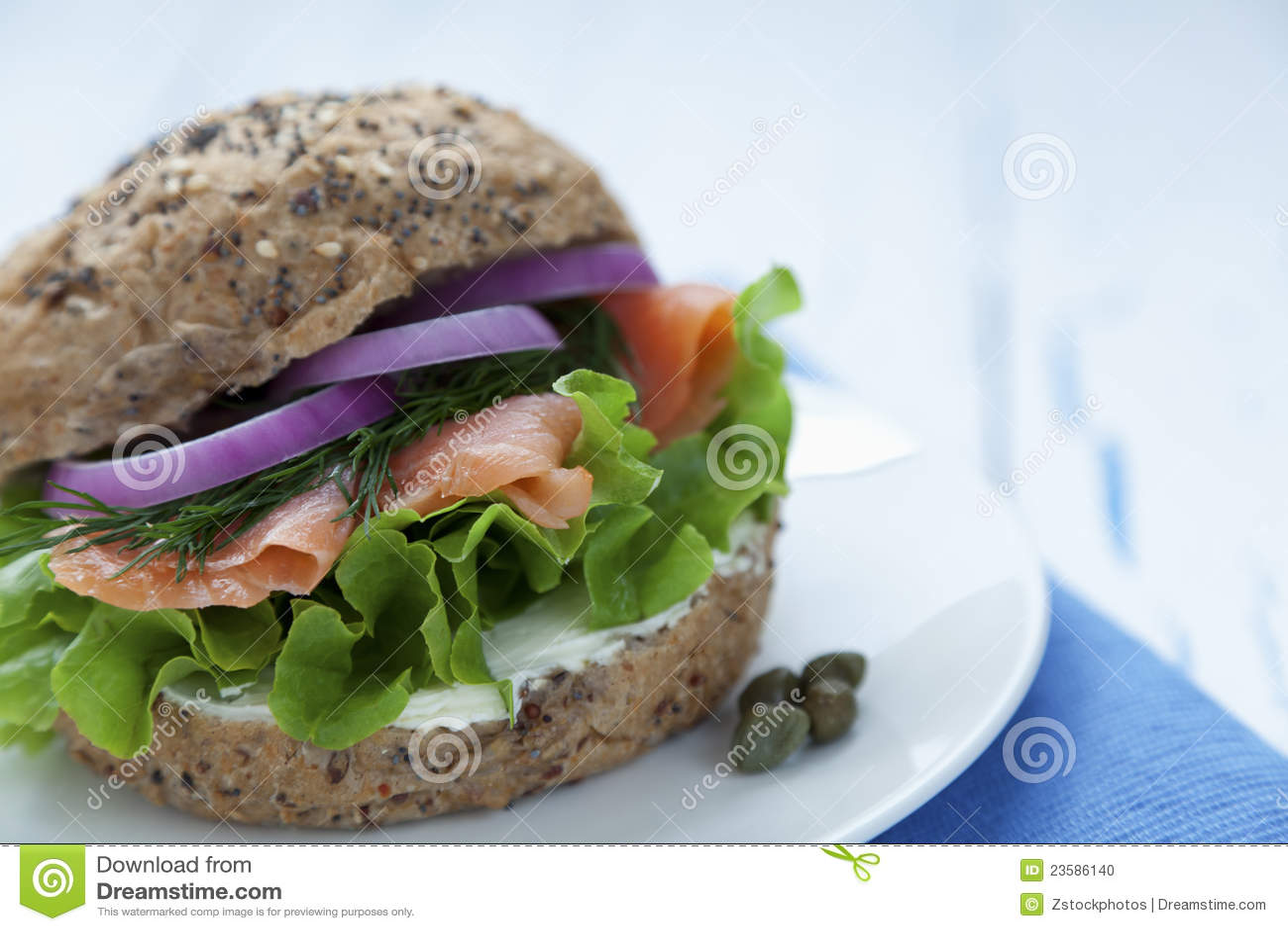 Dymiący hamburgeru łosoś