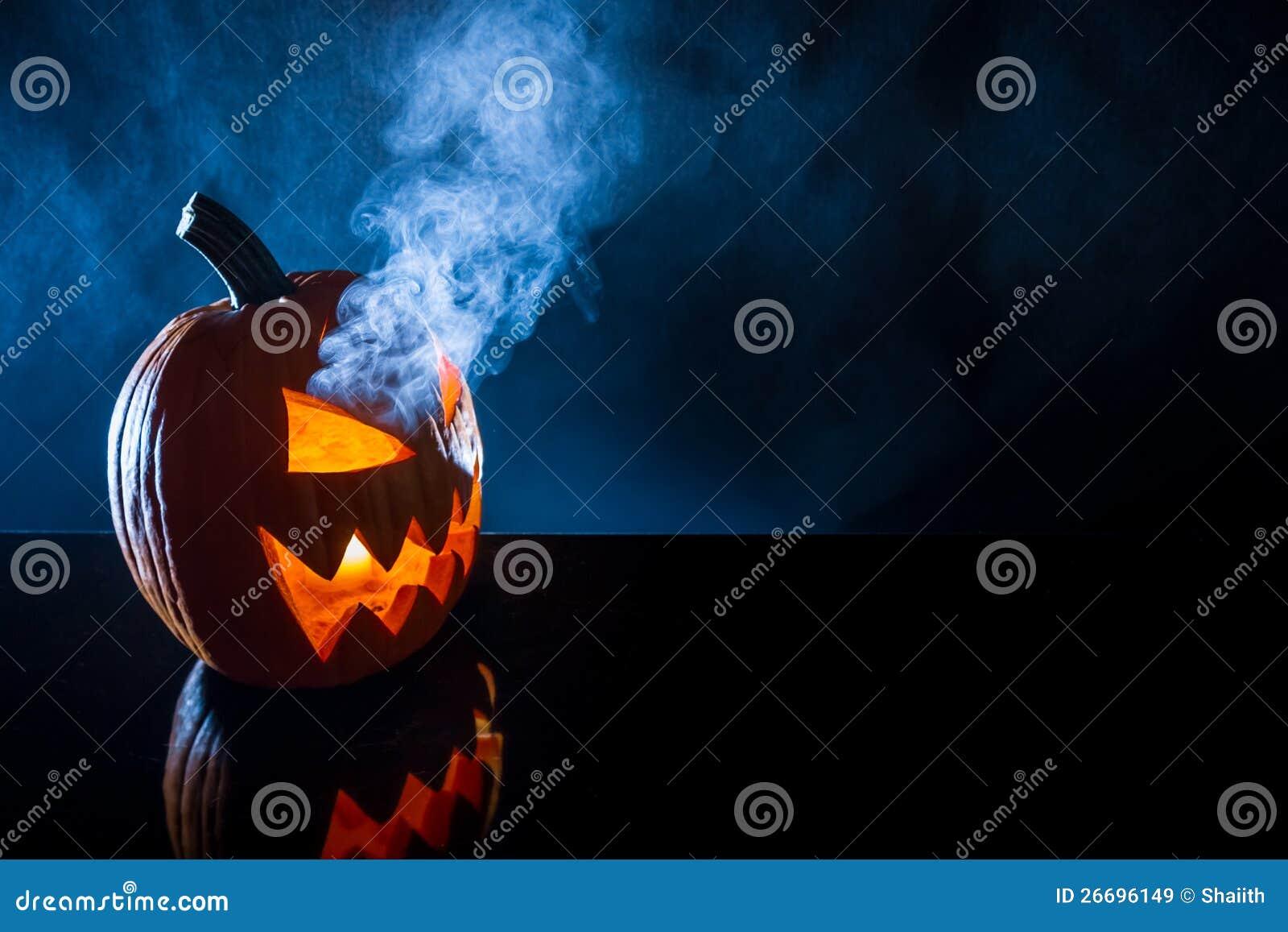 Dymienia bania z świeczką na Halloween