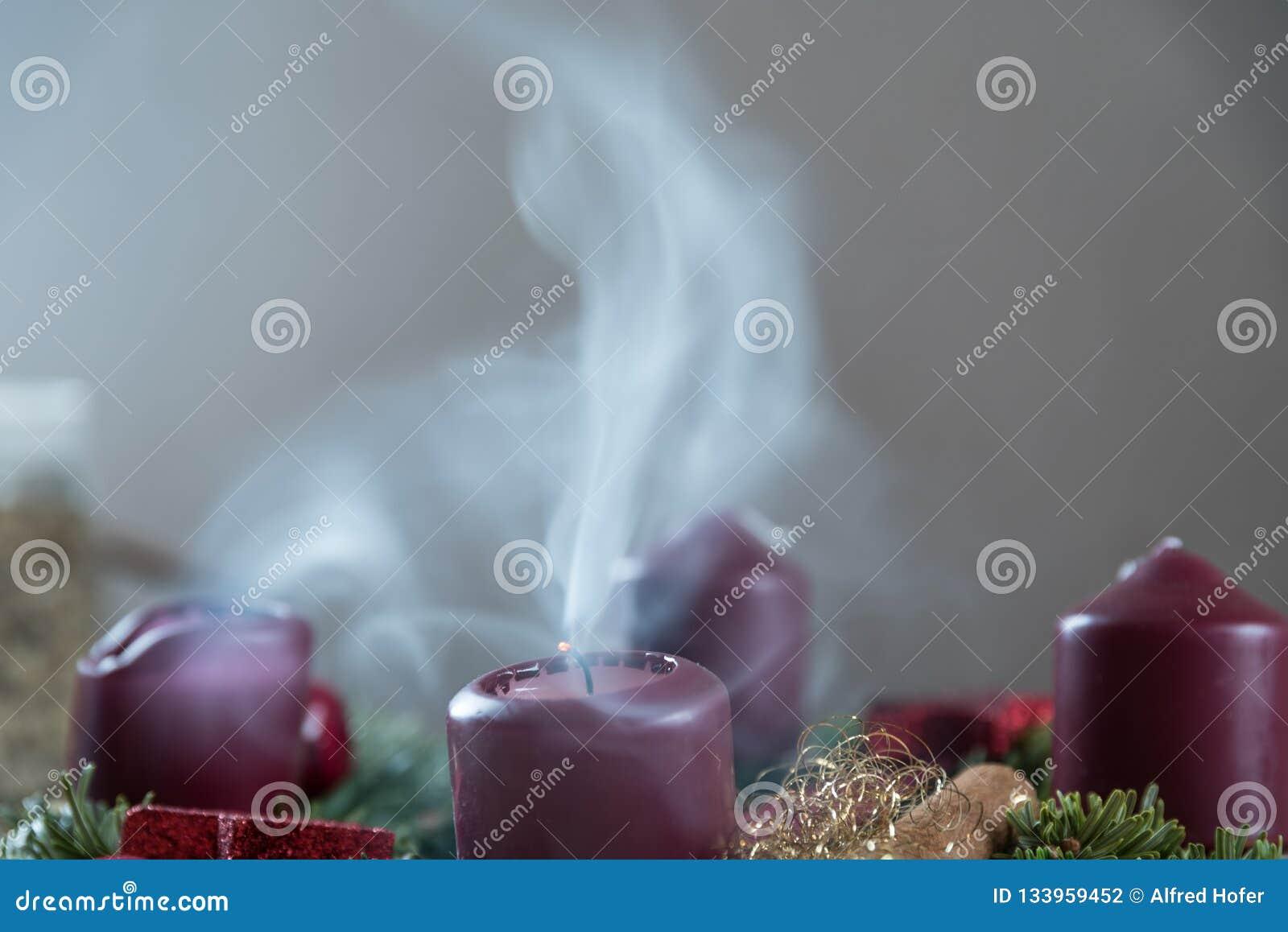 Dymienie świeczka na Adwentowym wianku