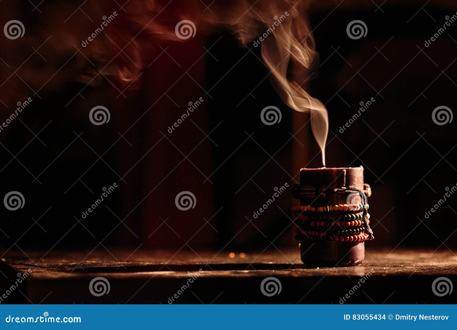 Dymne wymarłe świeczki na czarnym tle