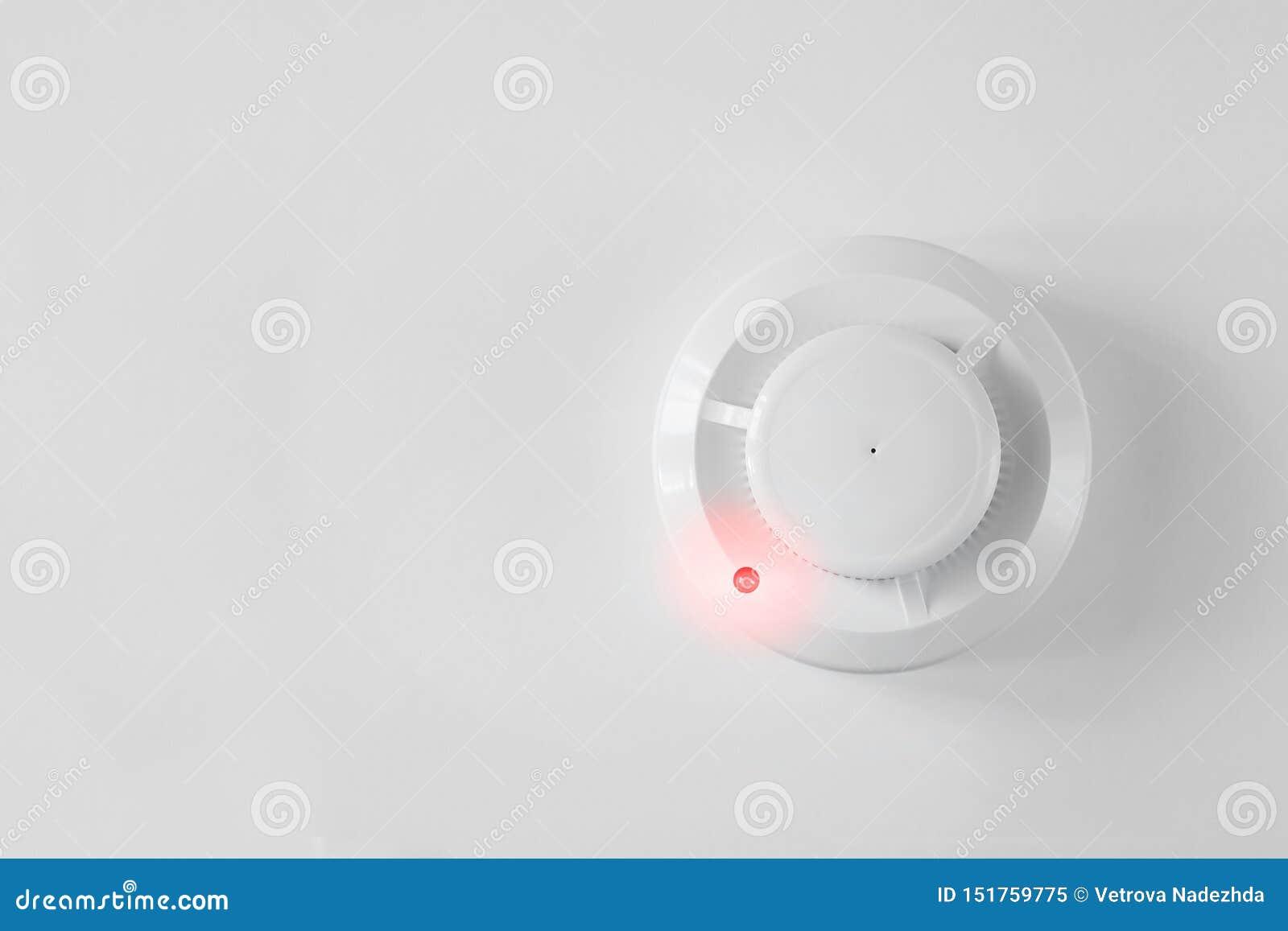 Dymny detektor i pożarniczy detektor na białym tle Pożarniczego alarma mieszkanie nieatutowy
