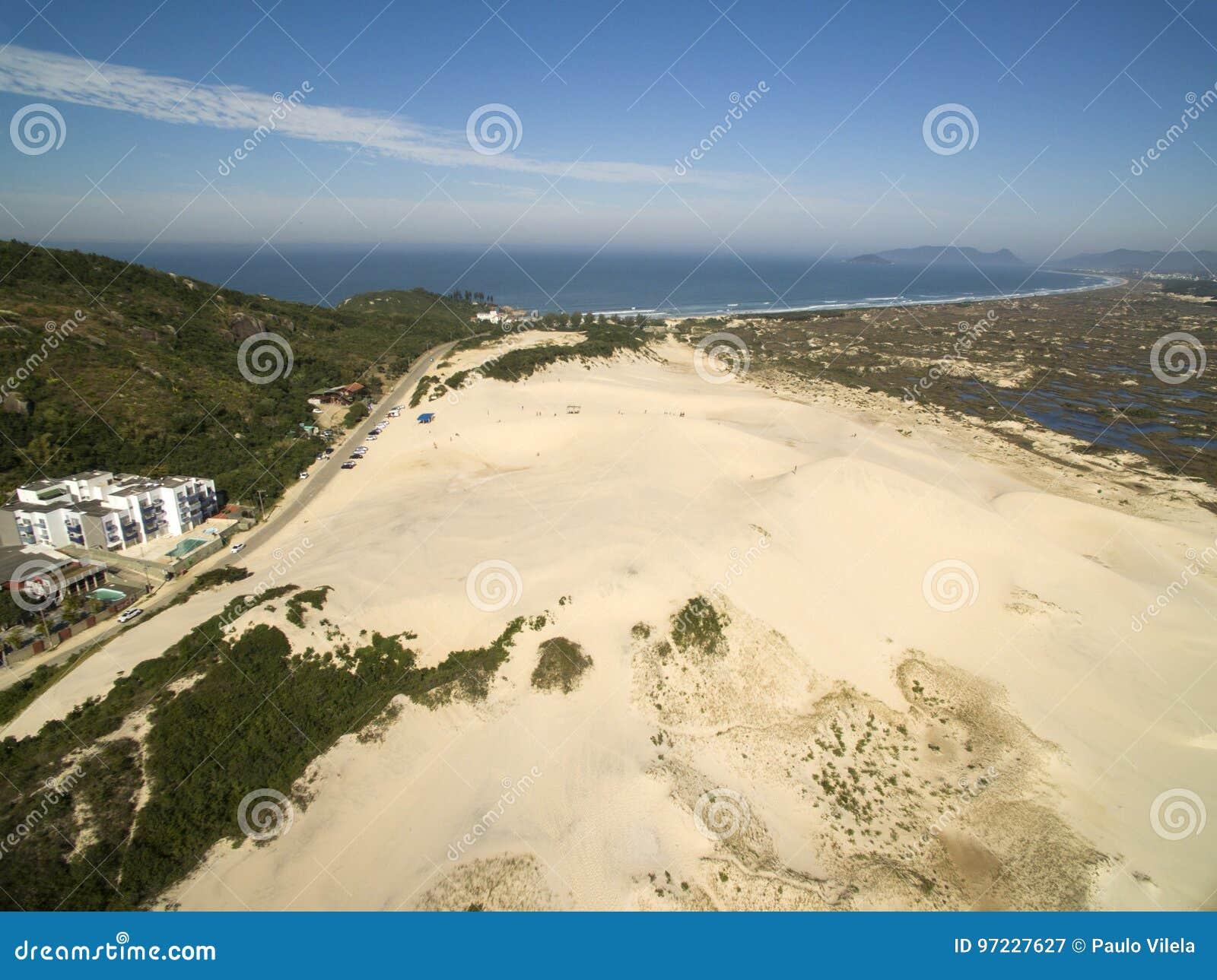 Dyn för flyg- sikt i solig dag - den Joaquina stranden - Florianopolis - Santa Catarina - Brasilien Juli 2017