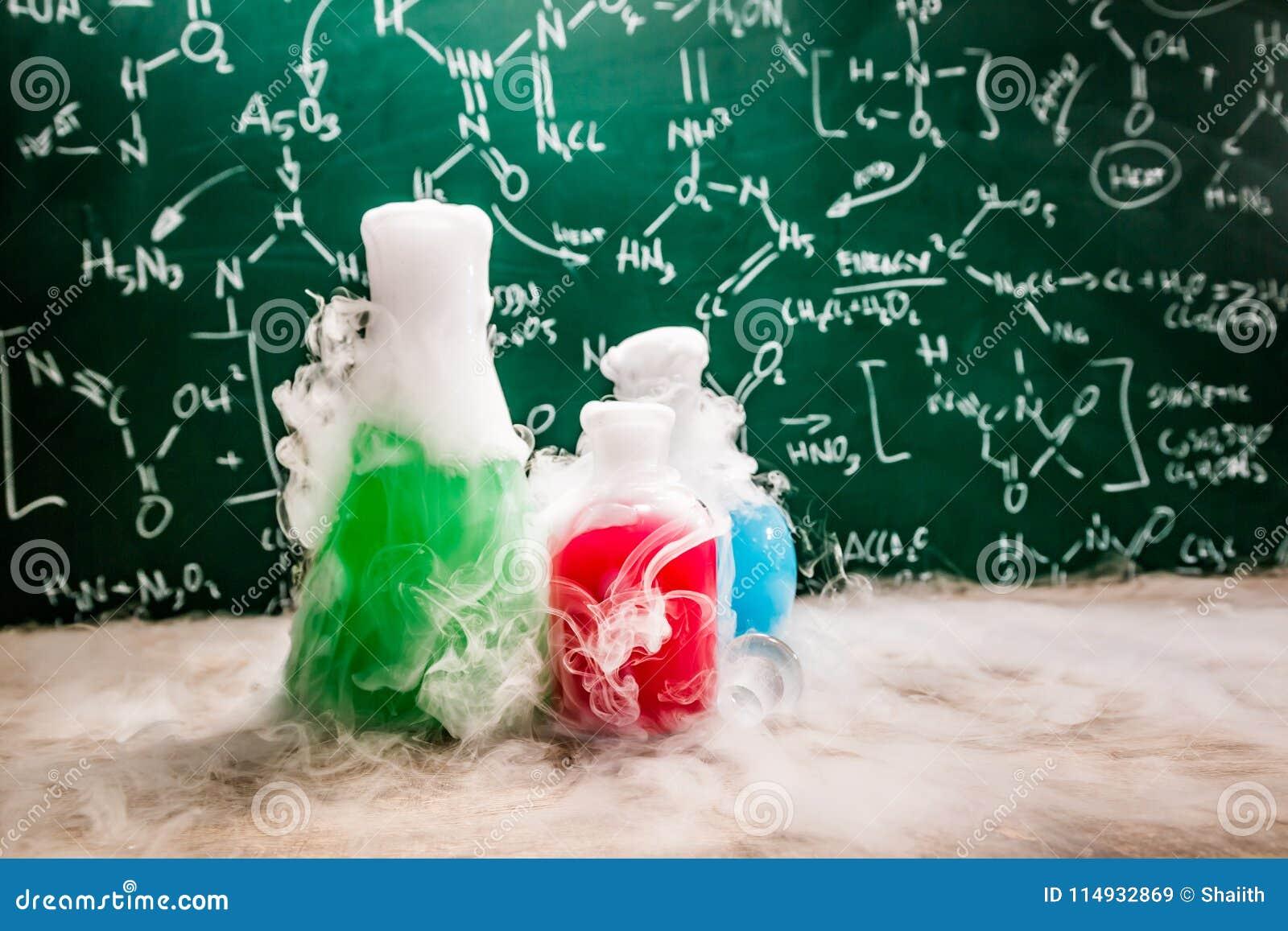 Dynamiczna reakcja w szkolnym laboratorium z kolor zlewkami