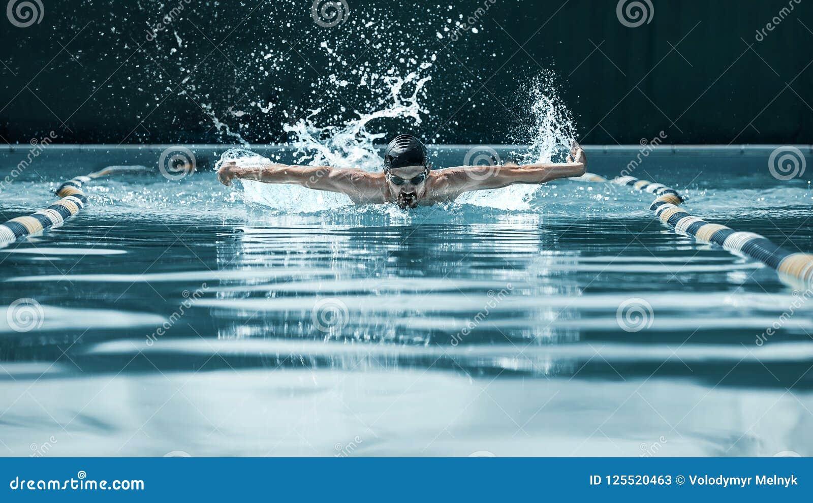 Dynamisk och färdig simmare i lockandning som utför fjärilsslaglängden