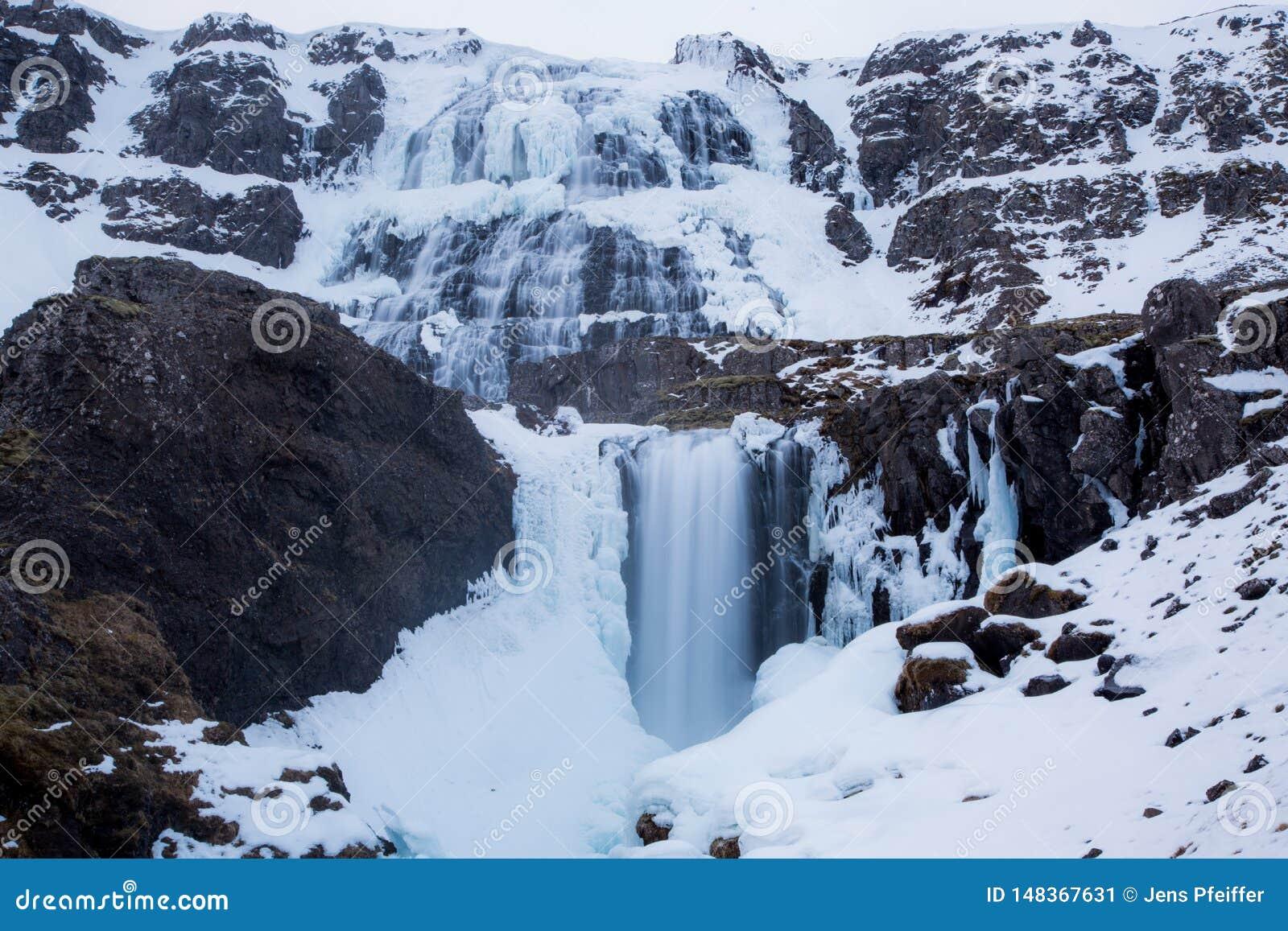 Dynjandi vattenfall med dimmaeffekt i Island