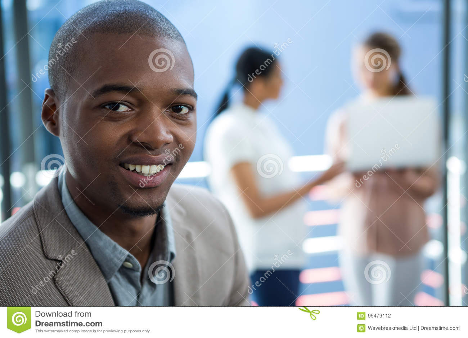 Dyrektor wykonawczy ono uśmiecha się w biurze