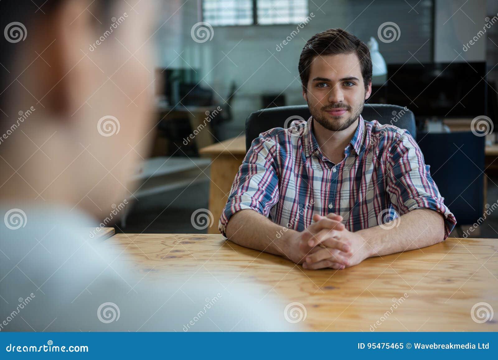 Dyrektor wykonawczy prowadzi akcydensowego wywiad z kobietą