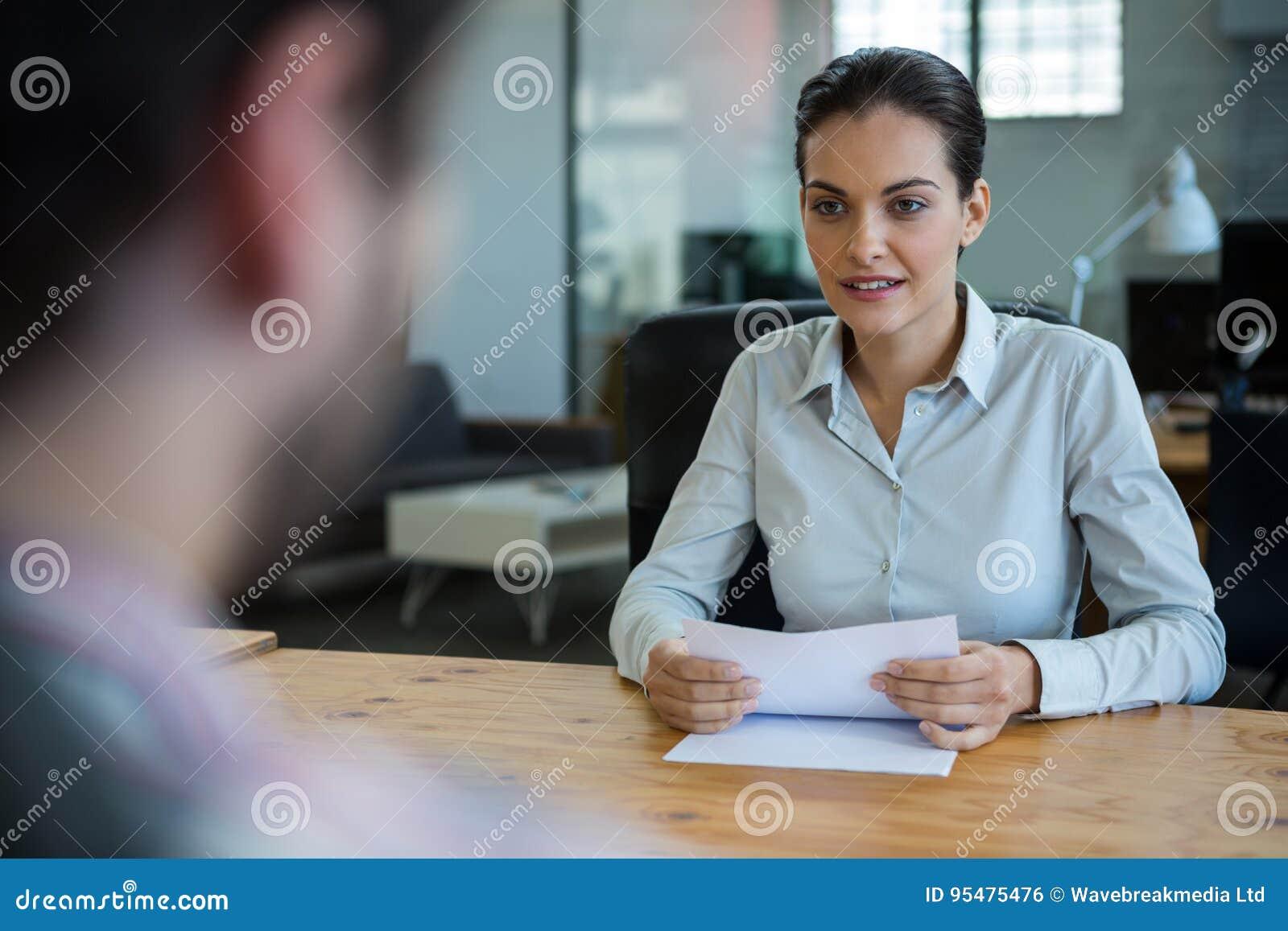 Dyrektor wykonawczy prowadzi akcydensowego wywiad z mężczyzna