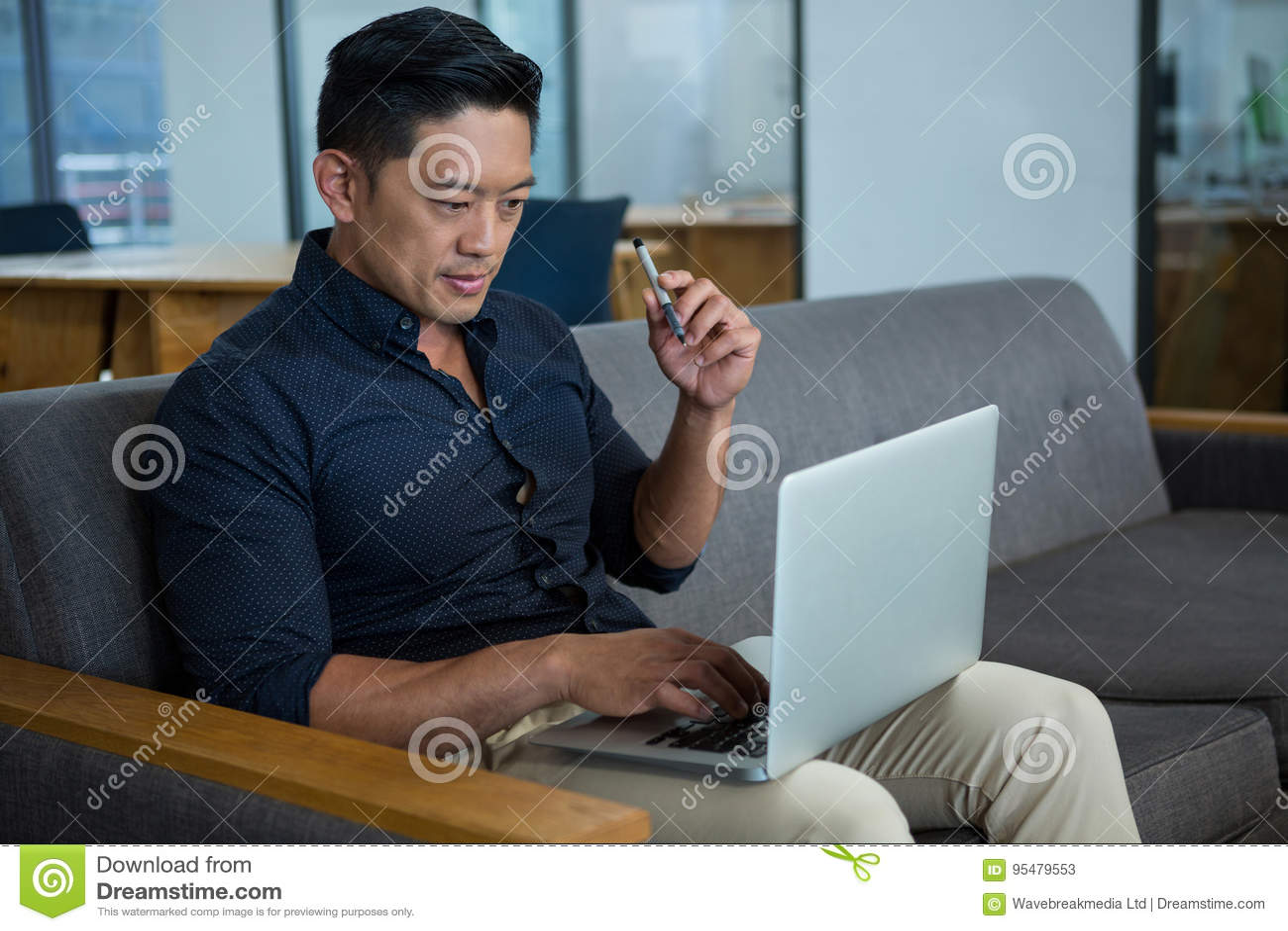 Dyrektor Wykonawczy Używa laptop