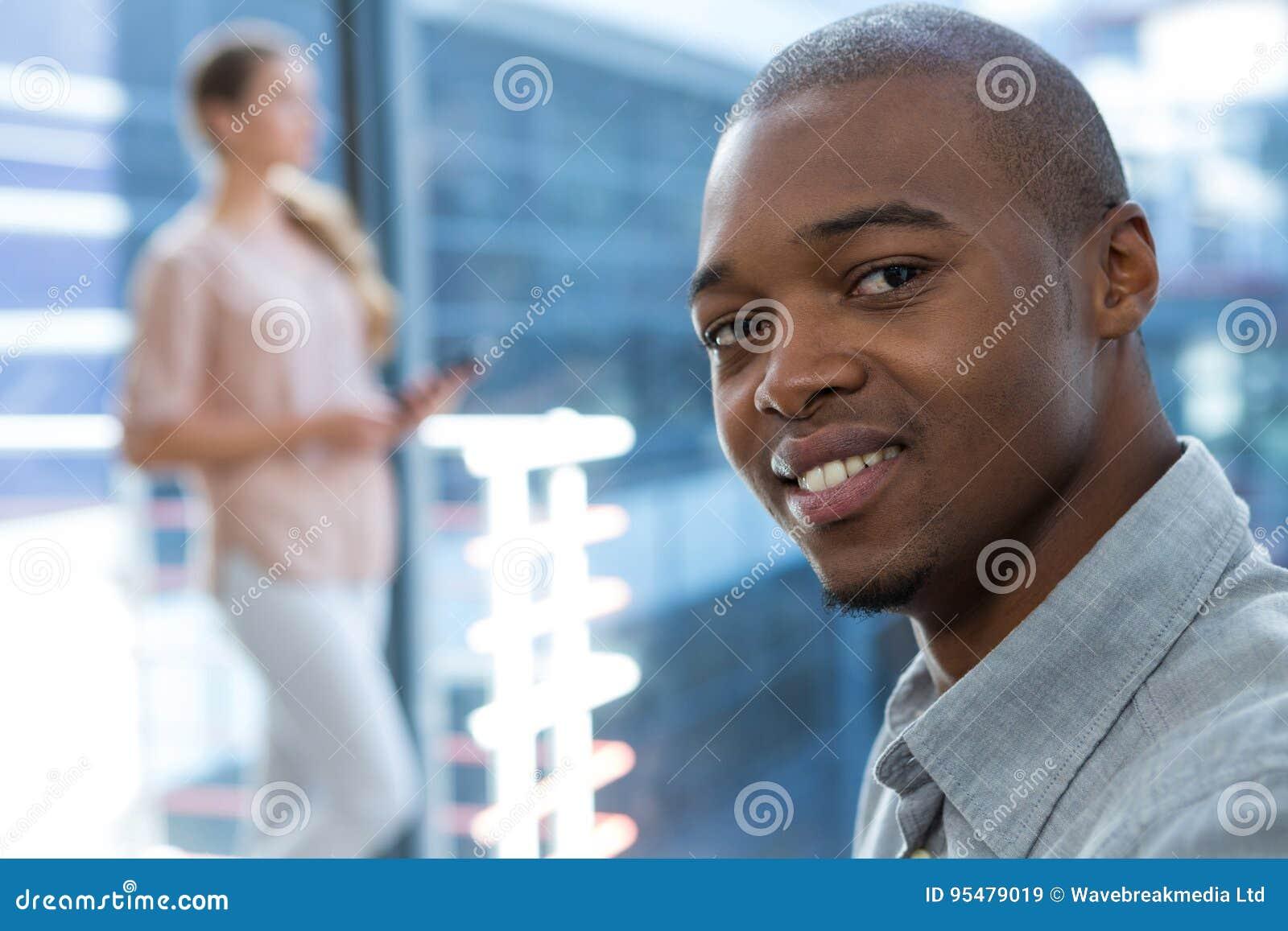 Dyrektory wykonawczy ono uśmiecha się w biurze