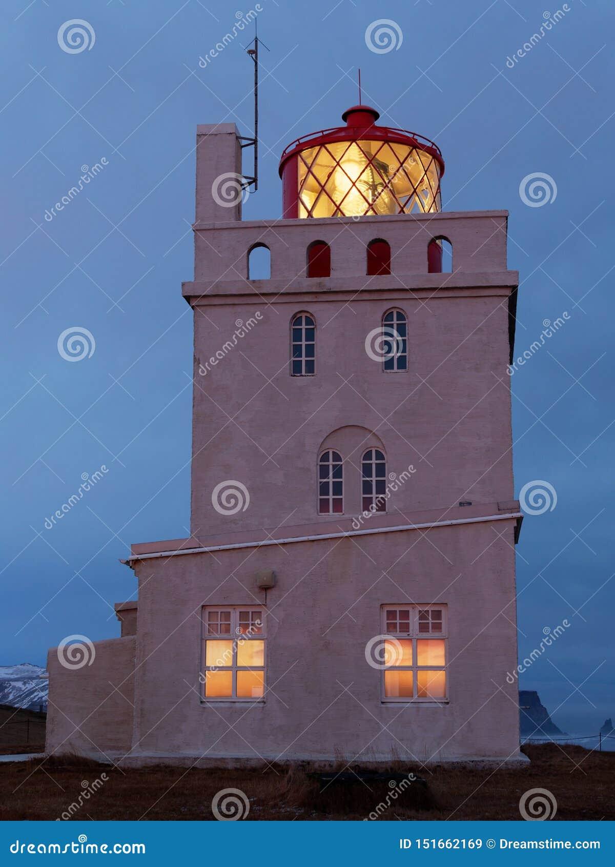Dyrholaey del kap della torre del faro nella sera
