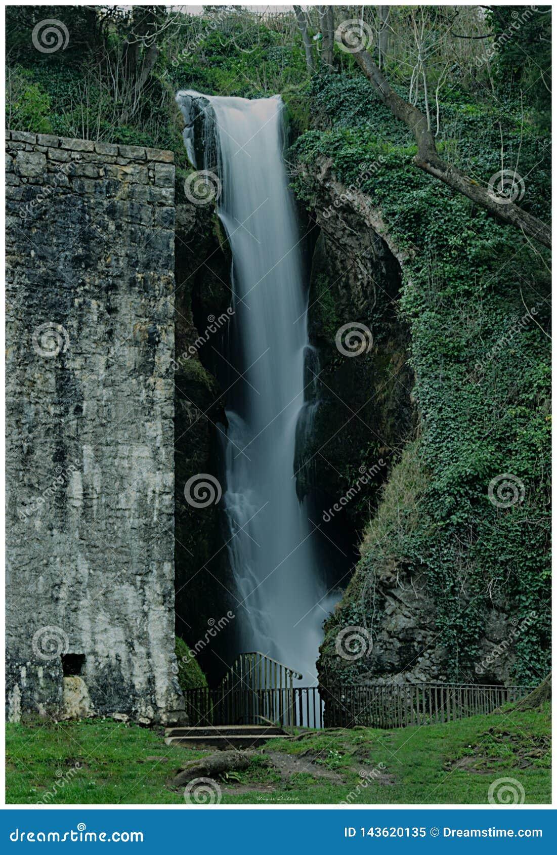 Dyserth瀑布