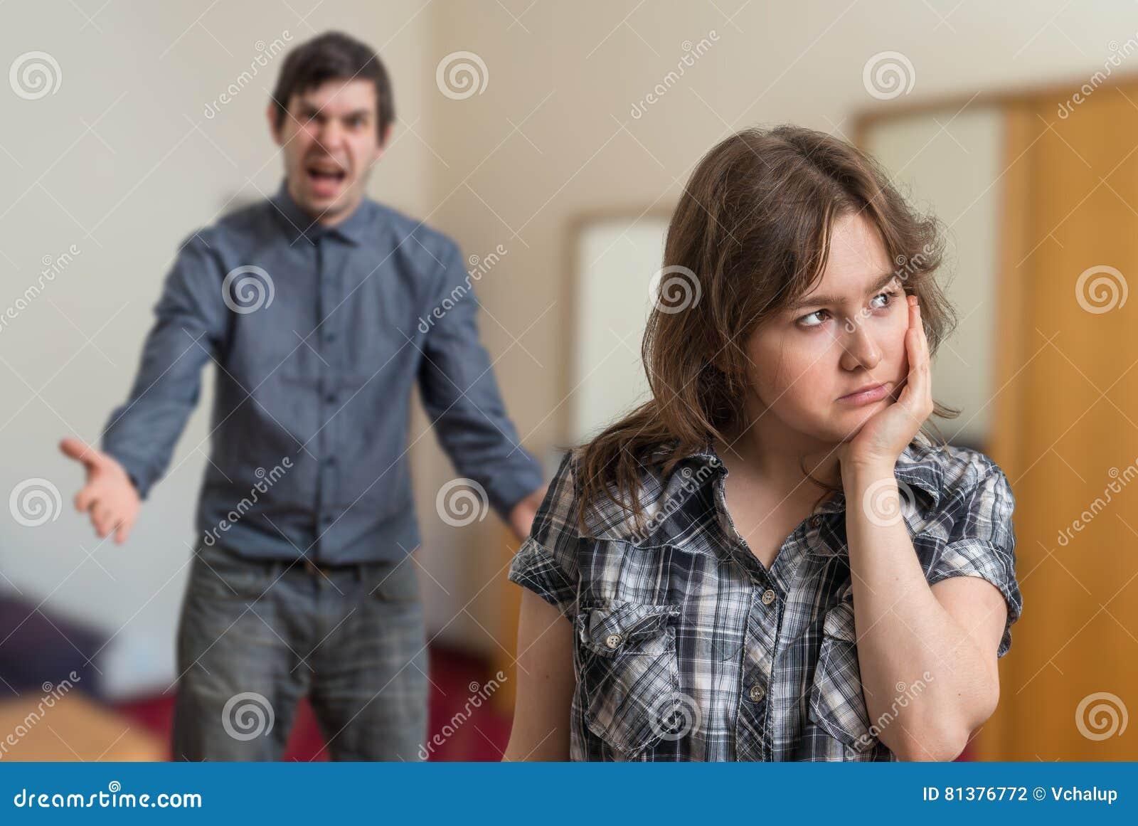 Dyskutuje potomstwo para Gniewny mężczyzna dyskutuje i smutna kobieta ignoruje on