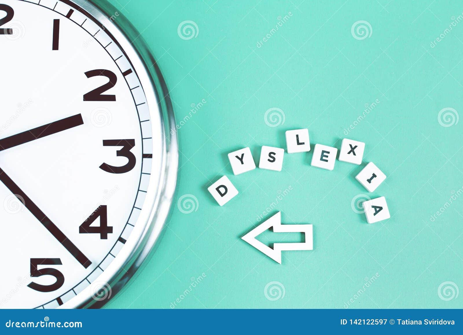 Dysleksja i czytający słowa z dużym zegarem