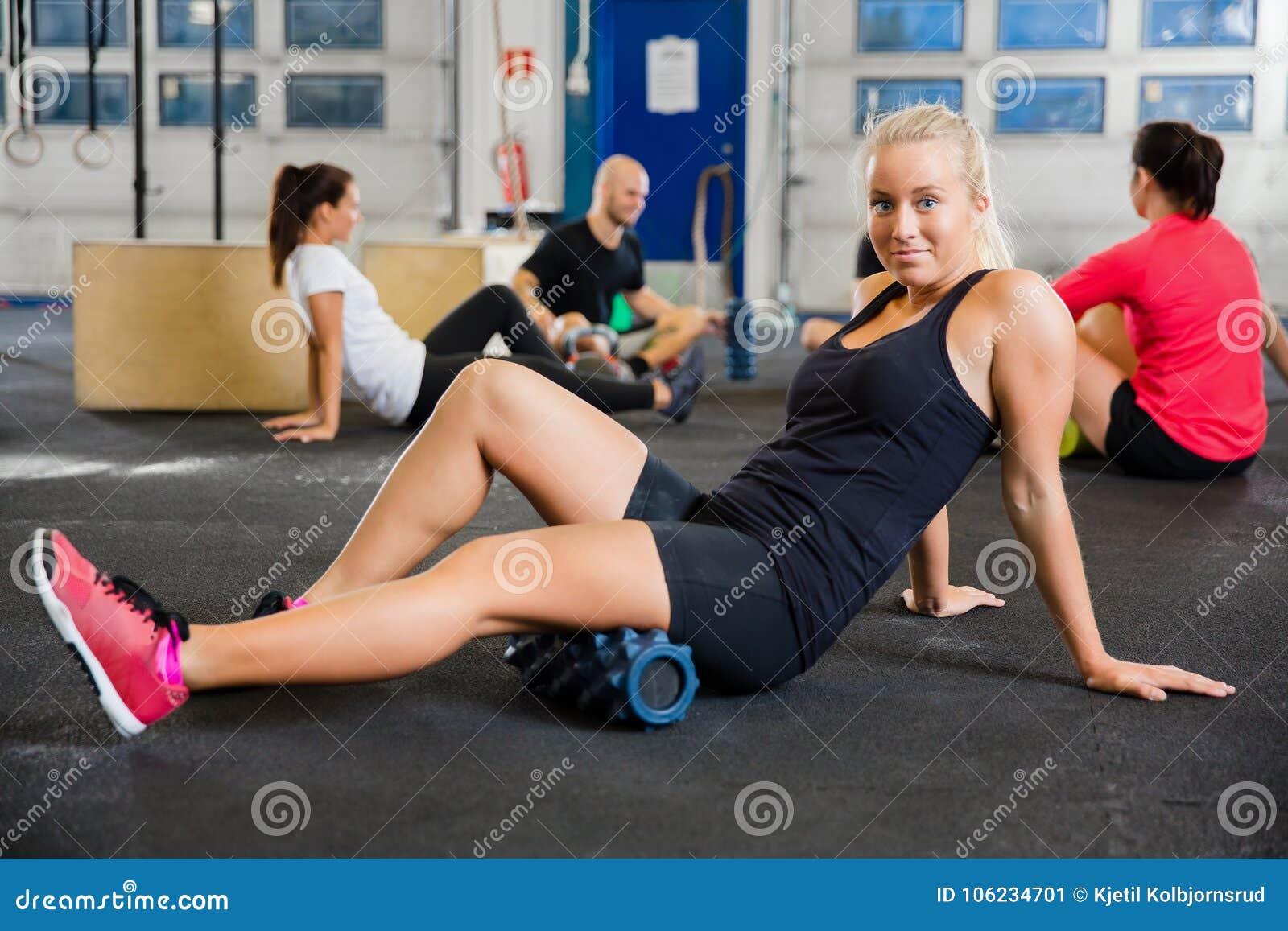 Dysponowana kobieta Ćwiczy Z Piankowym rolownikiem W zdrowie klubie