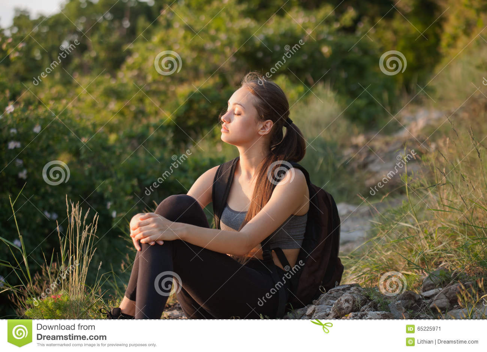 Dysponowana młoda brunetka outdoors