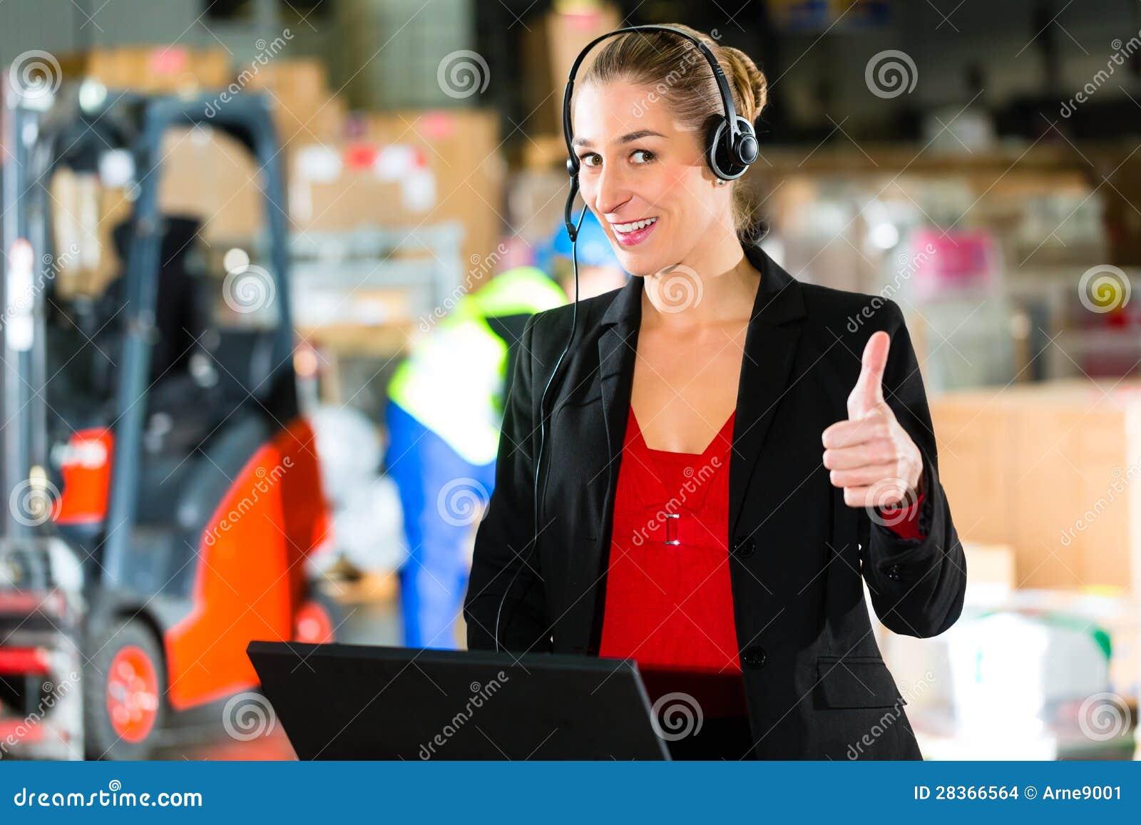 Dyspozytor używa słuchawki przy magazynem spedycja