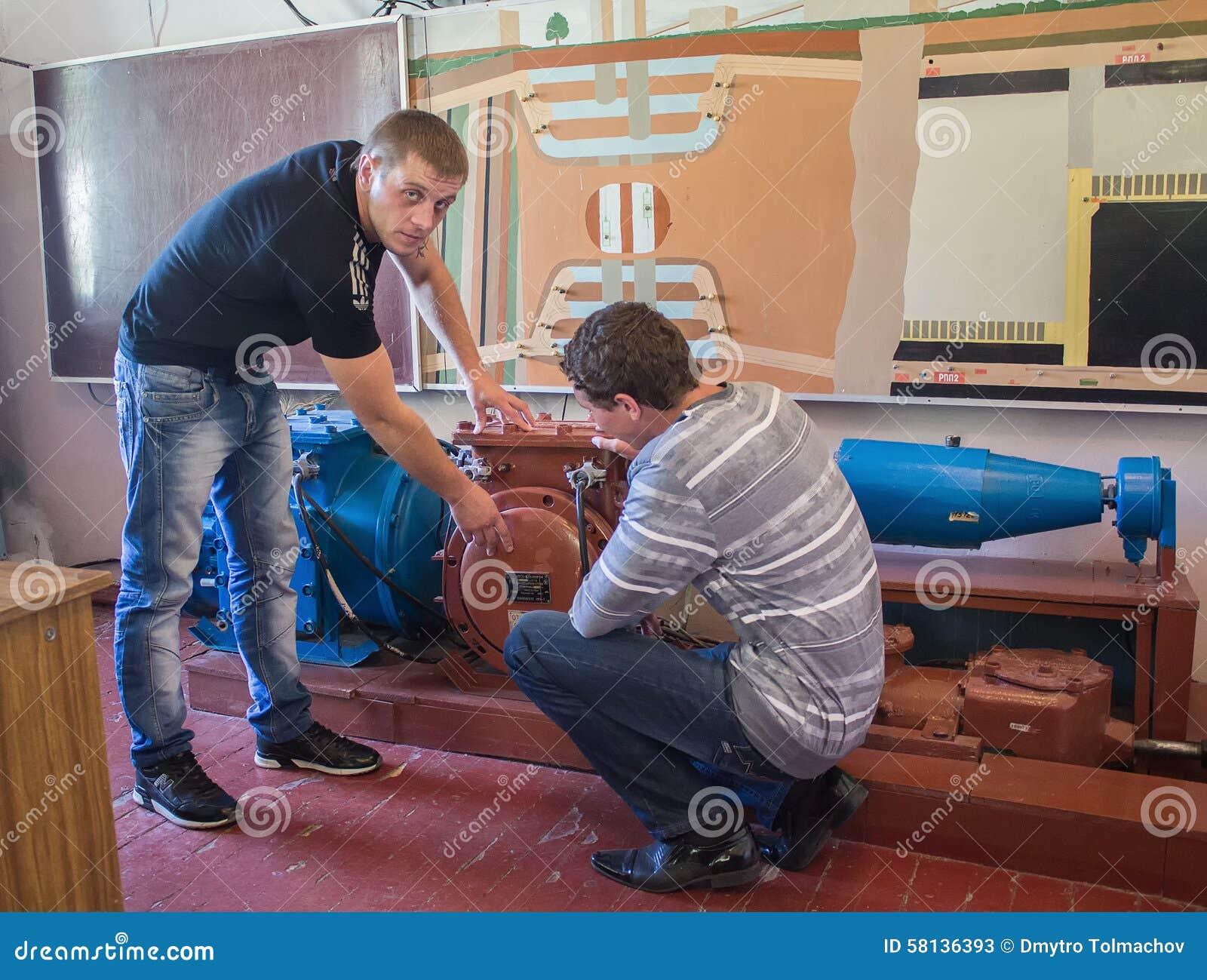 Dzerzhinsk, Ukraine - 14 septembre 2012 : Étudiant et professeur à l université technique
