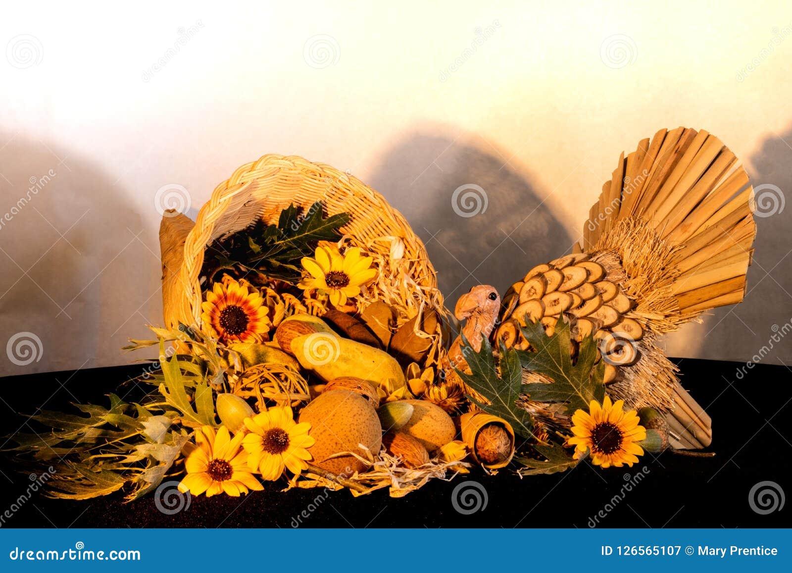 Dziękczynienia cornucopia centerpiece z słonecznikami i indycza odświętność spadku jesień zbieramy wakacje, sezonowi symbole obfi
