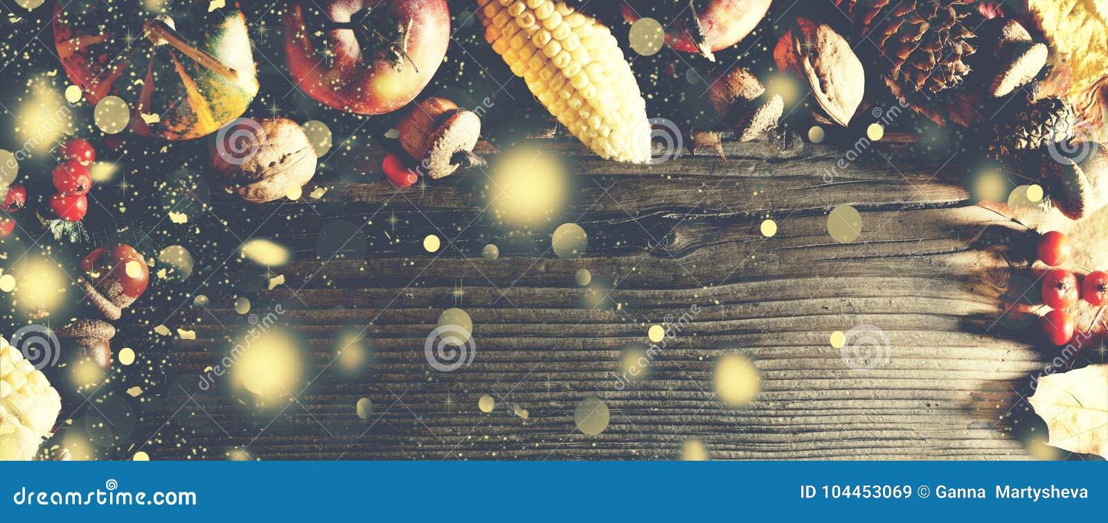 Dziękczynienia tło z spada złocistym śniegiem Banie i różnorodne jesieni owoc Rama z sezonowymi składnikami w Thanksgivin