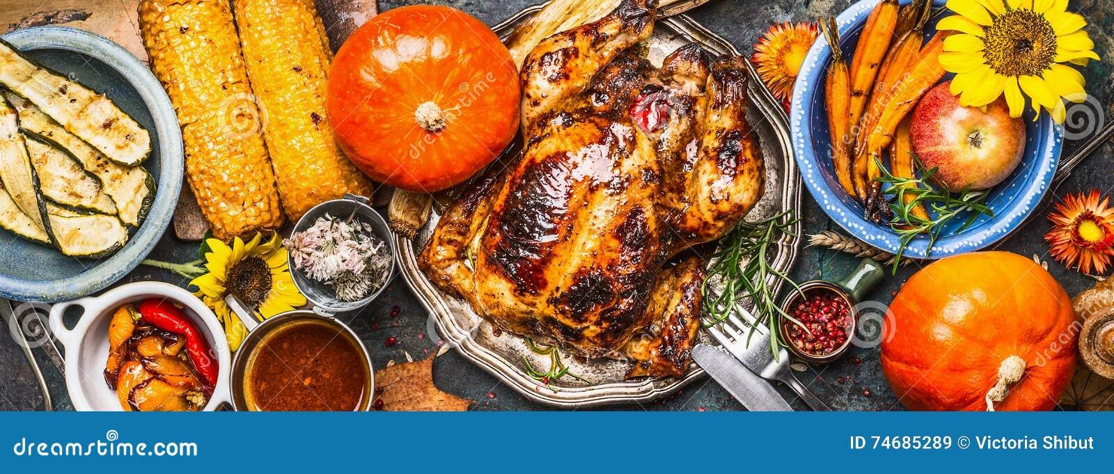 Dziękczynienie dnia jedzenie Różnorodni piec na grillu warzywa, piec indyk, kurczak lub bania z słonecznik dekoracją na ciemnym b