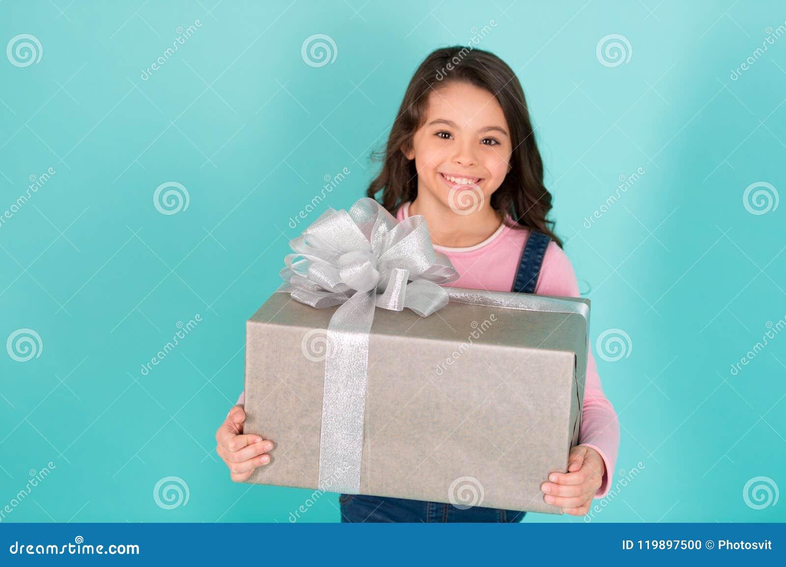 Dziękuje ciebie tak dużo Dziecko szczęśliwa twarz trzyma dużego prezenta pudełka turkusu tło Dzieciak dziewczyny zadowolony preze