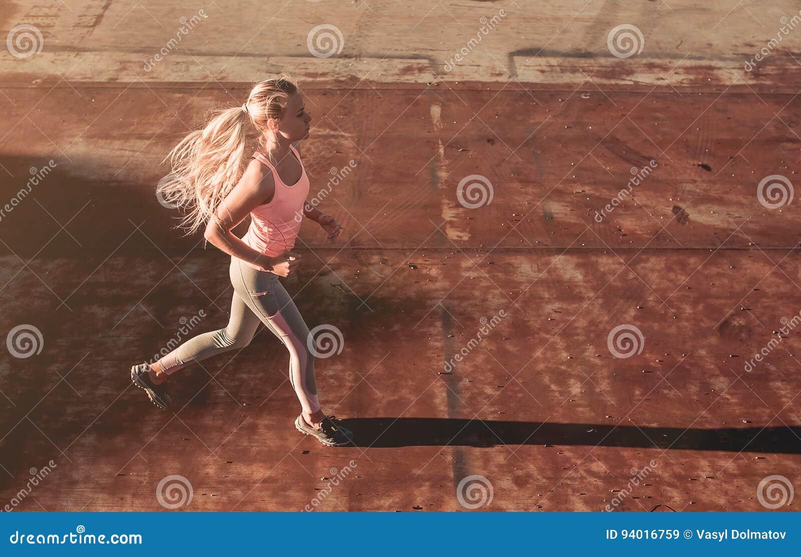 Działająca dziewczyna na ulicie