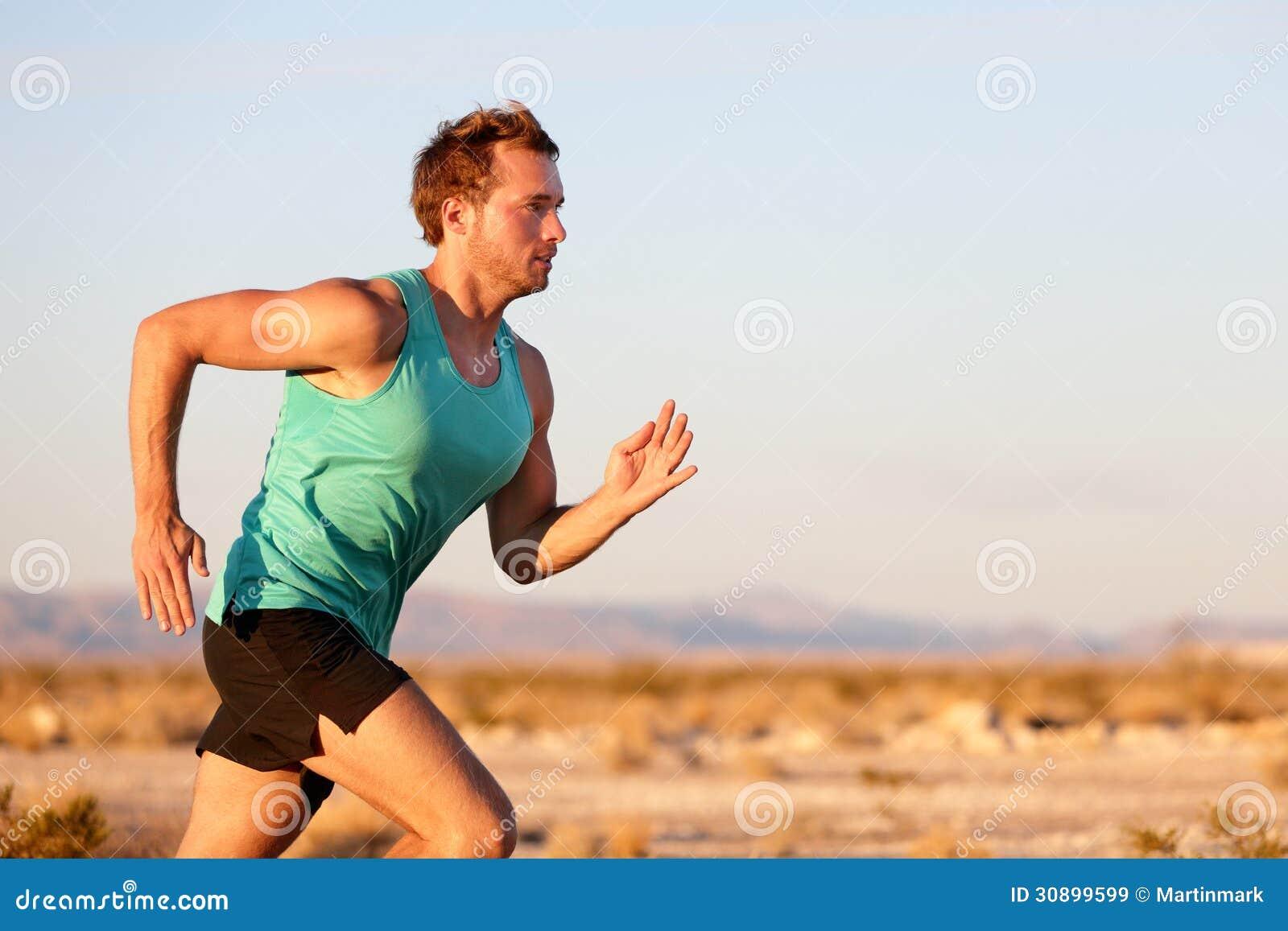 Działający mężczyzna biec sprintem przecinającego kraju śladu bieg