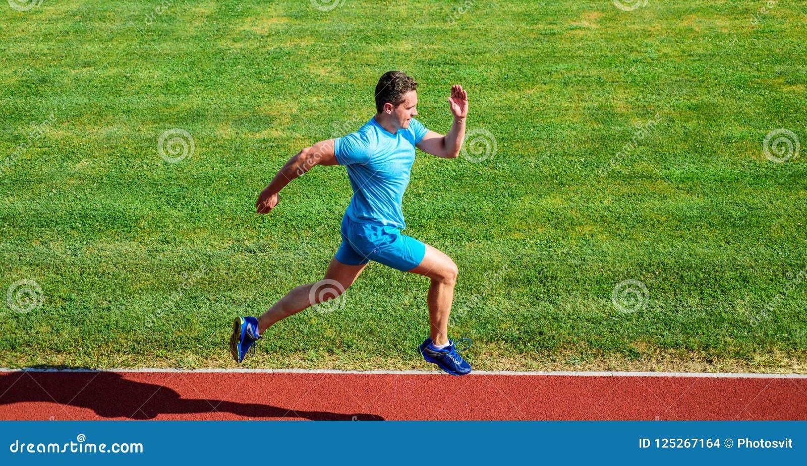 Działający wyzwanie dla beginners Atleta bieg śladu trawy tło Szybkobiegacza szkolenie przy stadium śladem Biegacz chwytający