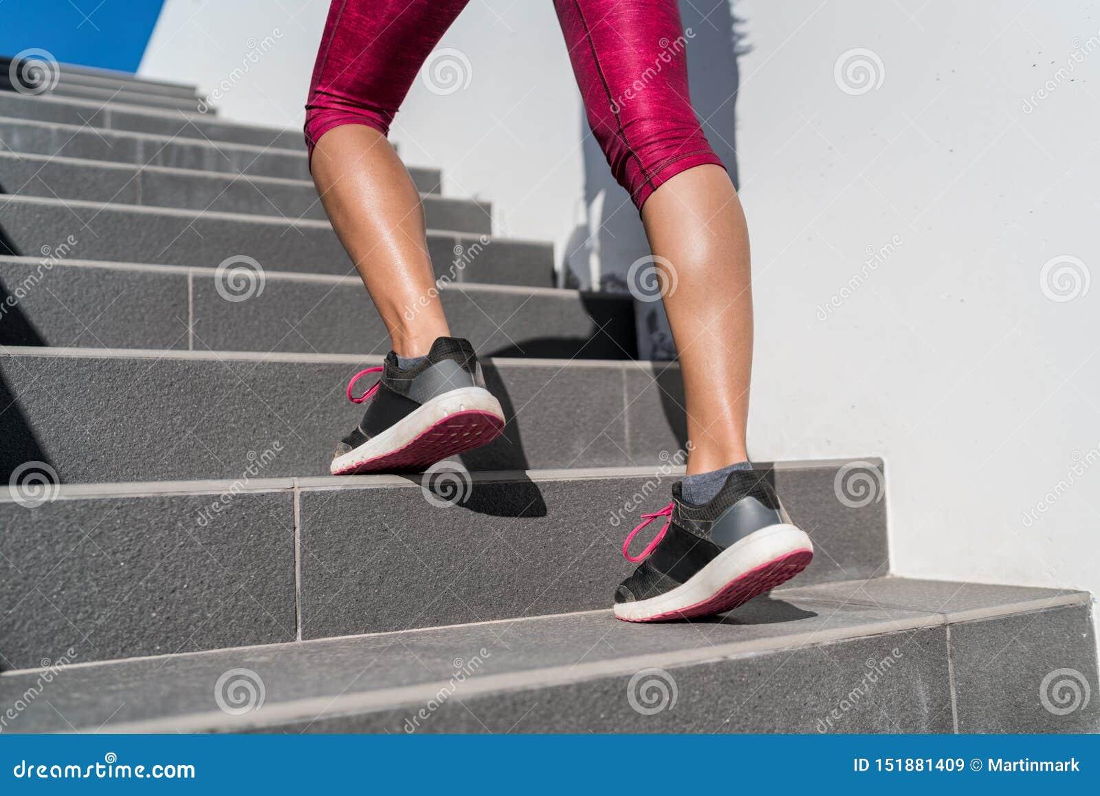 Działających butów biegacza kobiety odprowadzenie w górę schodków