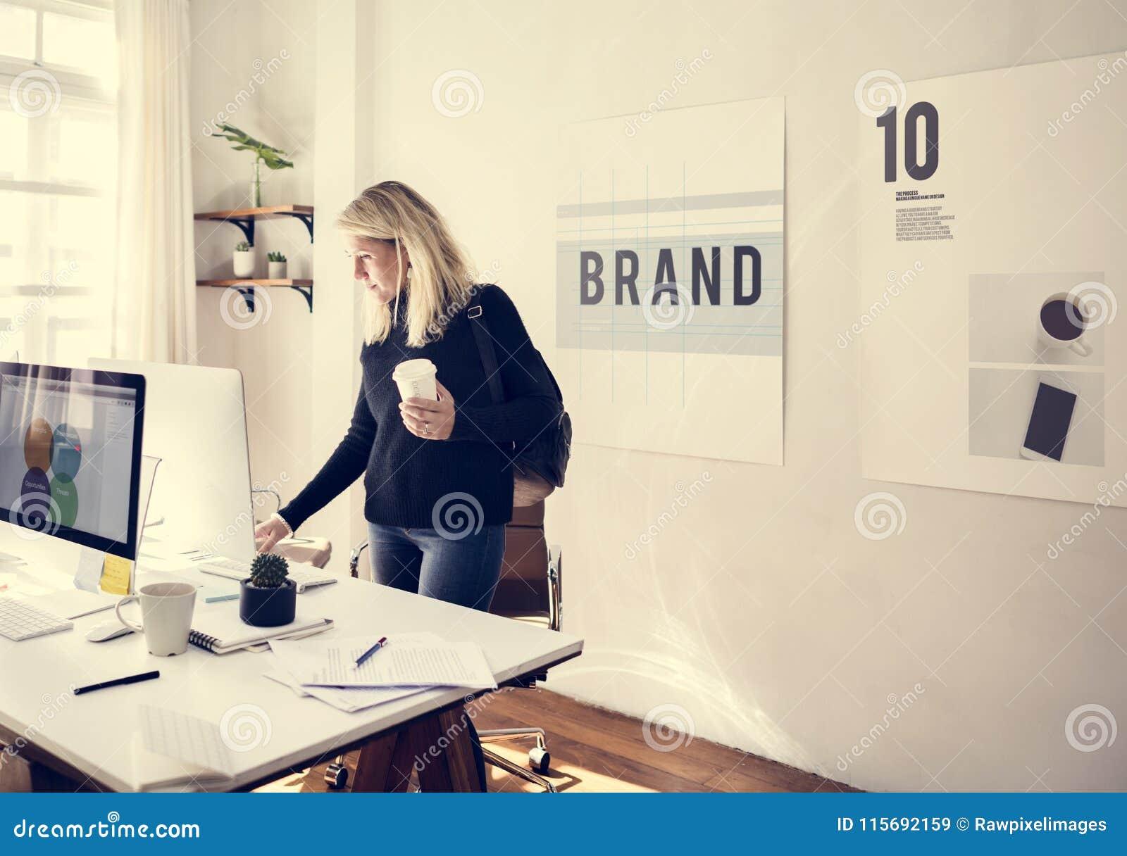 Działanie biura biznesowego kobiety