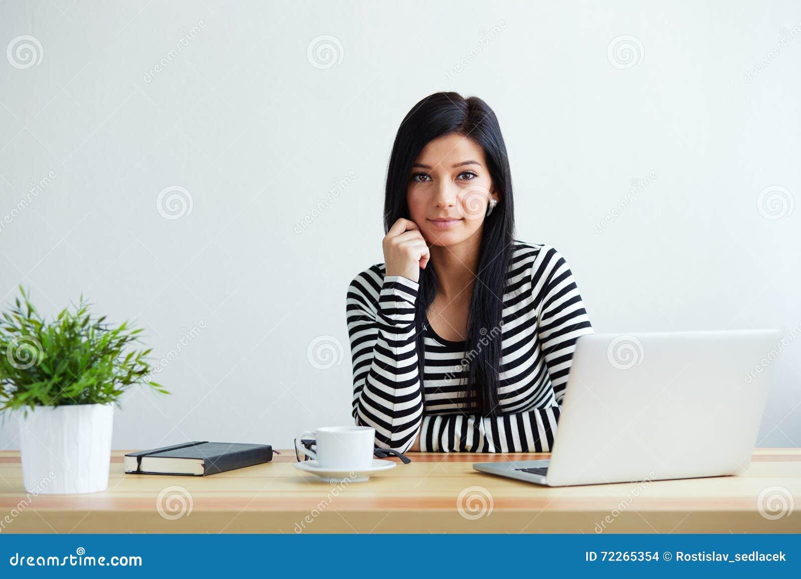 Działanie laptopa kobiety