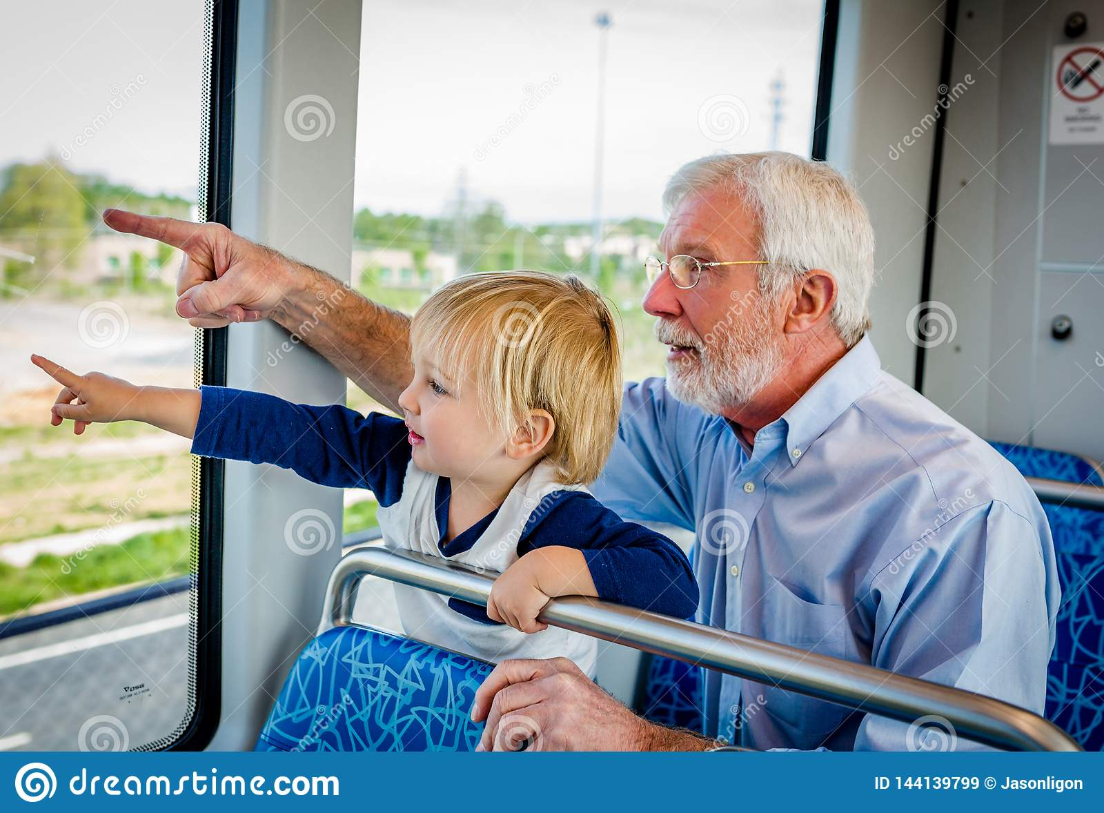 Dziad i wnuk Wydajemy czas Wpólnie na pociągu