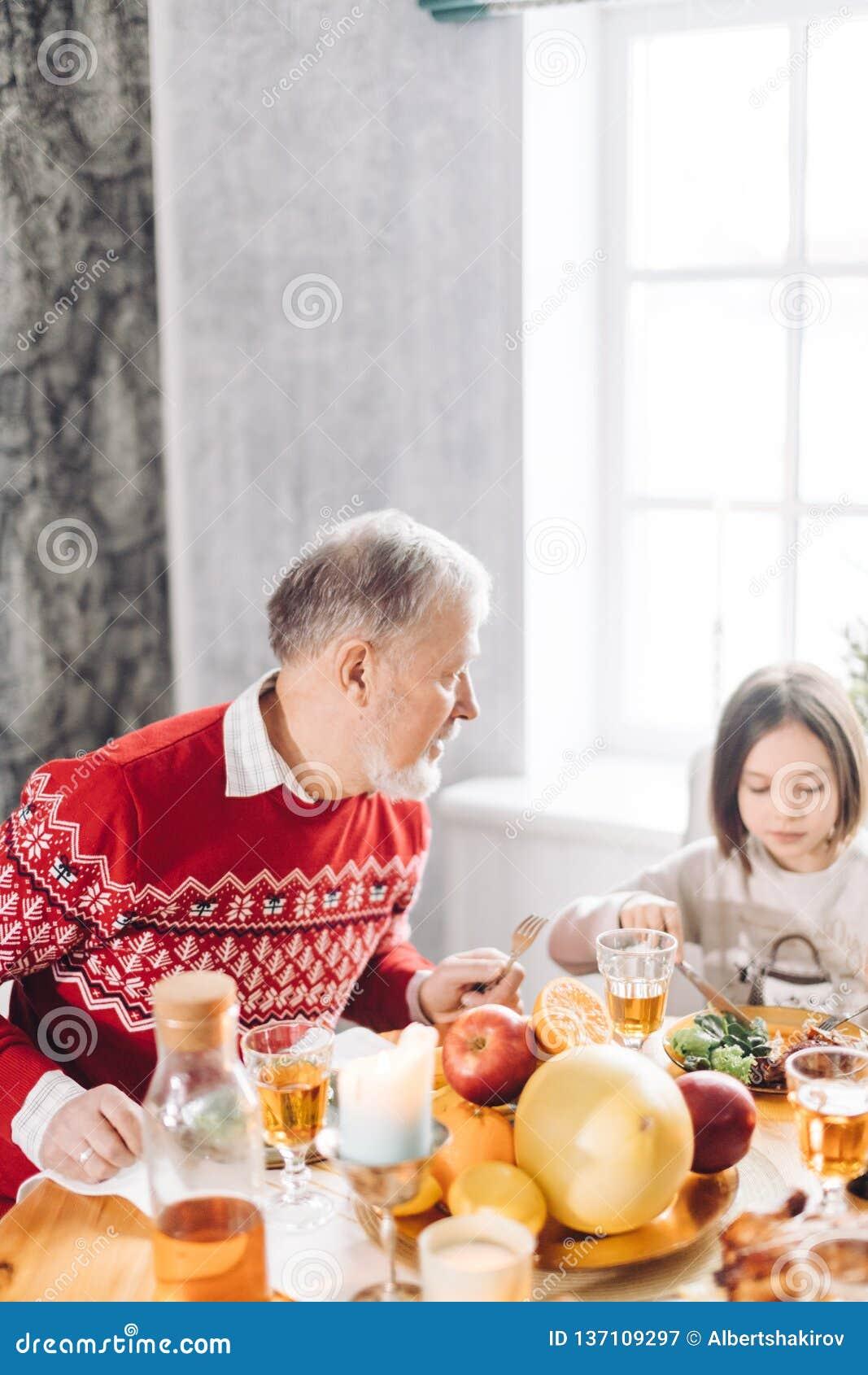 Dziadek opowiada z jego uroczą wnuczką