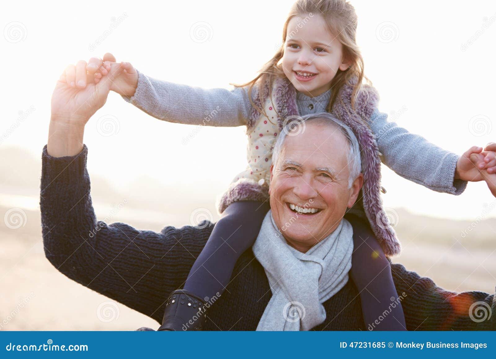 Dziadu I wnuczki odprowadzenie Na zimy plaży