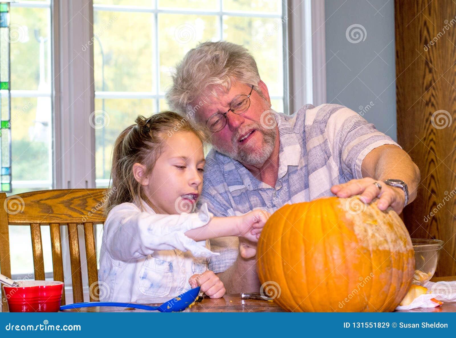Dziadunio słucha gdy jego wnuczka opisuje jej wzrok dla dźwigarki o latarniowej twarzy